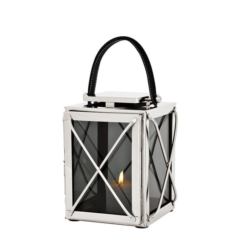 Подсвечник Ipanema SПодсвечники<br>Подсвечник Ipanema S в виде фонаря-лантерны со стеклянными створками.&amp;lt;div&amp;gt;&amp;lt;br&amp;gt;&amp;lt;/div&amp;gt;&amp;lt;div&amp;gt;Цвет металла - никель.<br>Цвет стекла - дымчато-серый.&amp;amp;nbsp;&amp;lt;/div&amp;gt;&amp;lt;div&amp;gt;&amp;lt;br&amp;gt;&amp;lt;/div&amp;gt;&amp;lt;div&amp;gt;Текстильная ручка с контрастной отстрочкой.&amp;lt;/div&amp;gt;<br><br>Material: Металл<br>Ширина см: 18<br>Высота см: 29