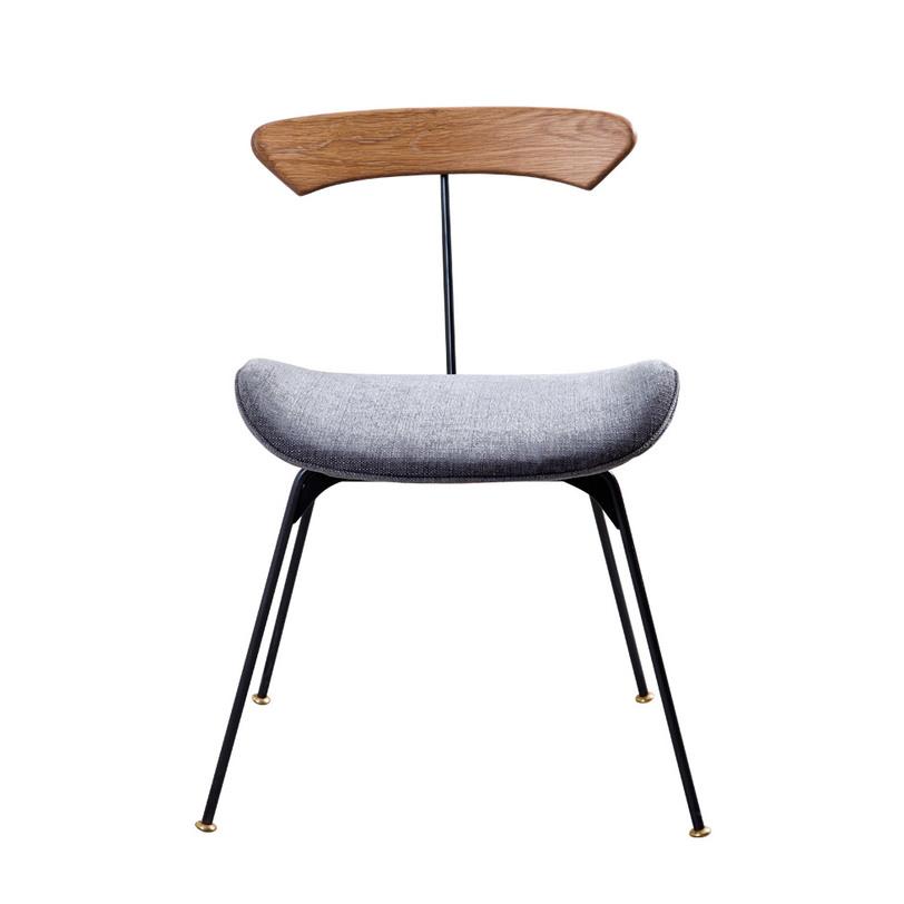 Стул Jayden ChairОбеденные стулья<br>Если описать этот стул в двух словах, то получится «эффектный минимум». Создавая его, дизайнеры задались простым вопросом: что нужно, чтобы просто удобно сесть? Устойчивые ножки, оригинально вырастающие в спинку, и сиденье анатомической формы. Верхнюю планку спинки изготовили из массива дуба, а сиденье обили фактурной тканью нейтрального цвета.<br><br>Material: Текстиль<br>Length см: 56<br>Width см: 50<br>Depth см: None<br>Height см: 73<br>Diameter см: None
