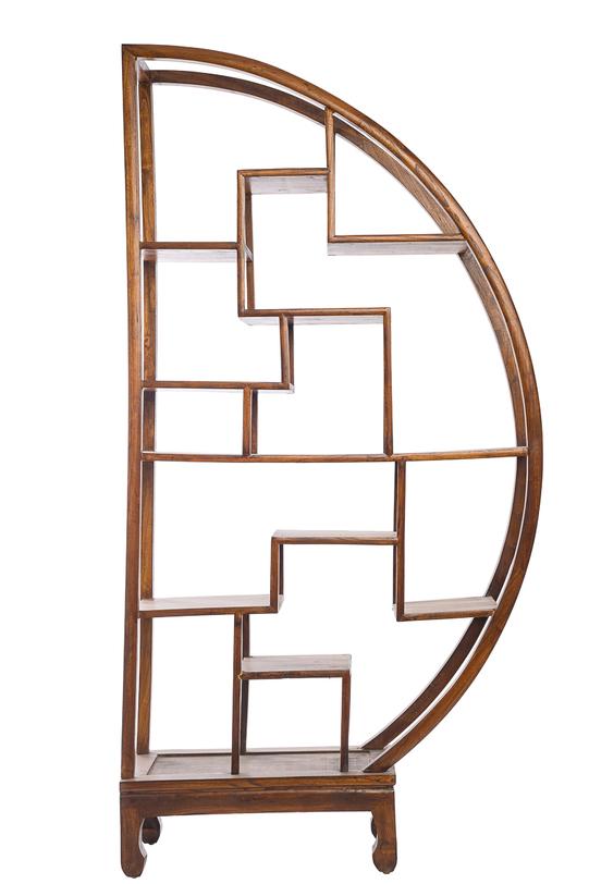 Стеллаж До-Бао-ГэСтеллажи и этажерки<br>&amp;quot;До-бао-гэ-фэн - стеллаж &amp;quot;несметных сокровищ&amp;quot; , полукруглый. Династия Мин. Оригинальный стеллаж можно использовать как по одному, так и в паре, расположив их симметрично. На такую мебель удобно разместить декор или любимые вещи: сувениры, статуэтки, вазы, книги…<br>Традиционная китайская мебель изготавливается вручную. Указанные габариты, как и цвет, могут отличаться. Это добавляет мебели эксклюзивности, в каждый предмет мастер вкладывает частичку своей души. Сбоку есть пазы, чтобы предметы можно было соединить между собой. Материал: тополь, вяз, береза (в зависимости от партии).<br><br>Material: Дерево<br>Ширина см: 86<br>Высота см: 175<br>Глубина см: 26