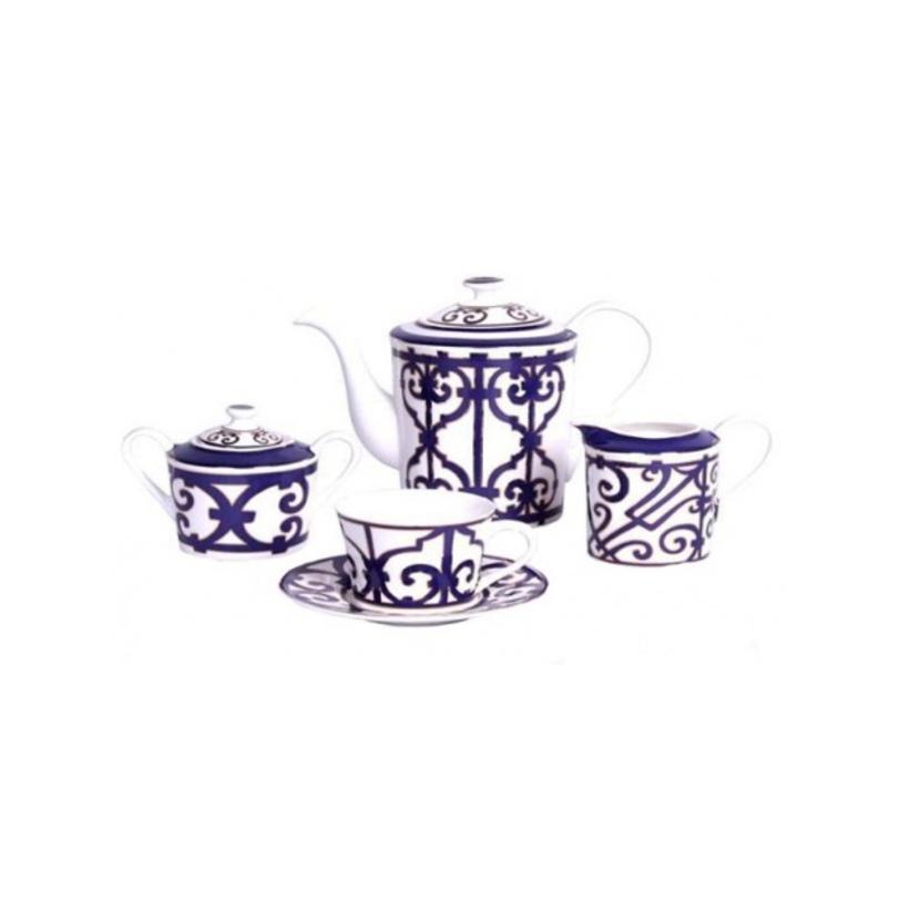 Чайный сервиз Violet DreamsЧайные сервизы<br>Чайный сервиз Violet Dreams на 4 персоны, изготовленный из тончайшего английского фарфора и украшенный ярким фиолоетовым орнаментом, непременно придется по вкусу каждому ценителю роскоши и шика. Вдохновленные творениями Модного Дома Hermes, производители посуды создали поистине уникальный и очаровательный набор, который украсит собой любое торжественное мероприятие или семейное чаепитие.<br>Набор из 11 предметов: чайник, 4 чашки, 4 блюдца, молочник и сахарница<br><br>Материал: английский фарфор<br><br>Material: Фарфор<br>Length см: 45.0<br>Width см: 30.0<br>Depth см: None<br>Height см: 18.0<br>Diameter см: None