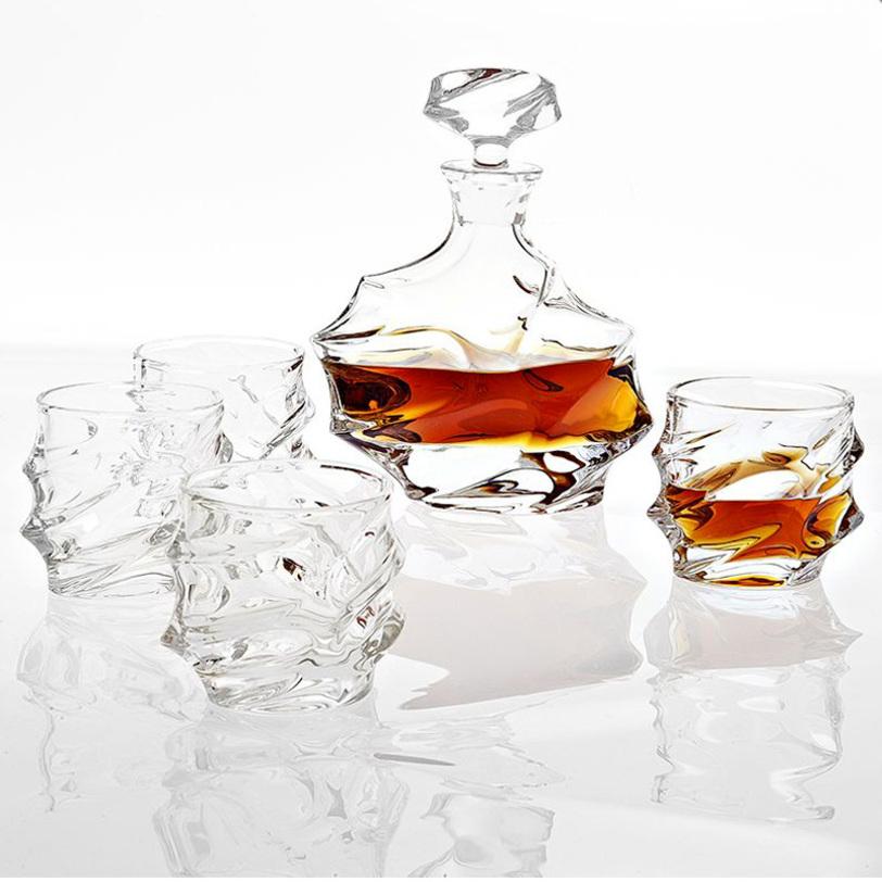 Набор GatsbyКувшины и графины<br>Набор Gatsby для спиртного. В наборе графин и 4 стакана из фактурного прозрачного хрусталя.<br>Размеры: графин 18 x 10 x 26 cm; стаканы 9 x 9 x 9,5 cm<br><br>Material: Хрусталь<br>Ширина см: 18.0<br>Высота см: 26.0<br>Глубина см: 10.0