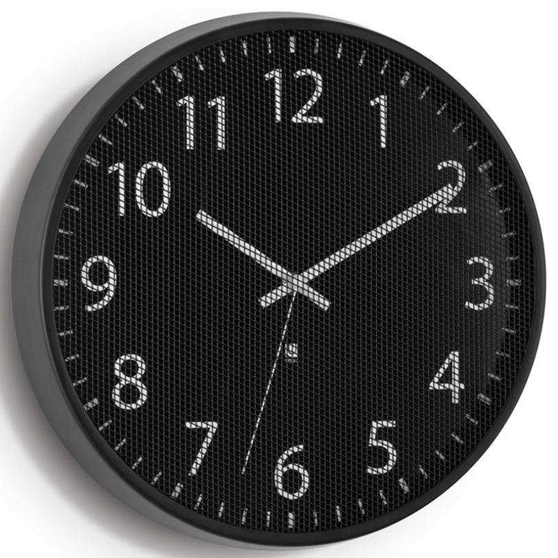Часы PerftimeНастенные часы<br>В отличие от стандартных часов, циферблат модели Pertime защищен не стеклом, а тонкой металлической сеткой, которая создает интересный оптический эффект. В дополнение к плюсам – приятное покрытие основания из матового металла и секундная стрелка, позволяющая определить время с супер-точностью.<br><br>Батарейка в комплект не входит.<br><br>Material: Сталь<br>Глубина см: 3