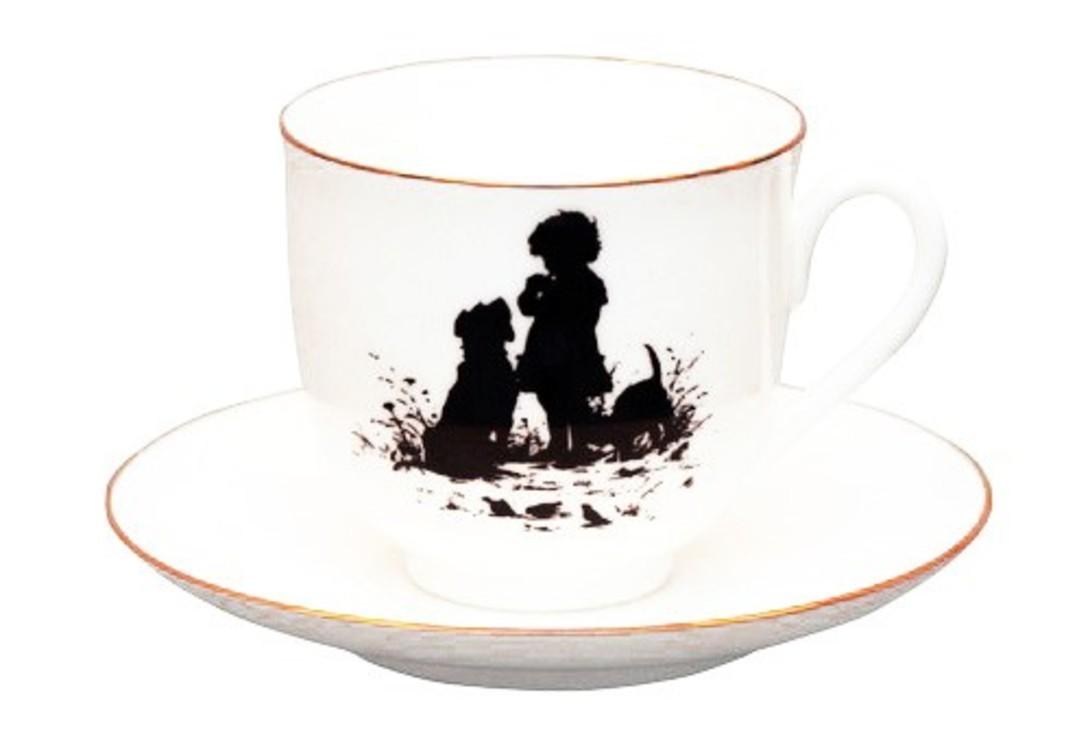 Кофейная пара ДрузьяЧайные пары и чашки<br>Каждая чашка с блюдцем упакована в отдельную коробку<br>Объем 160 мл<br><br>В коллекции &amp;quot;Белое золото&amp;quot; особое место занимают чайные и кофейные пары. Среди них - небольшие кофейные чашки серии &amp;quot;Силуэты&amp;quot;. Очередной всплеск интереса к искусству создания силуэтов пришелся на конец ХІХ - начало ХХ вв. и был связан с именем художницы Елизаветы Бем (1843-1914). Одним из самых остроумных и оригинальных изданий этого времени стала выпущенная художницей книга &amp;quot;Силуэты из жизни детей&amp;quot;, рисунки из которой и составили коллекцию чашек из костяного тонкостенного фарфора.<br><br>Гармоничное сочетание классических форм с изысканной филигранной росписью придает изделиям Императорского фарфорового завода поистине драгоценный вид и ставит их в разряд коллекционного фарфора.<br><br>Material: Фарфор