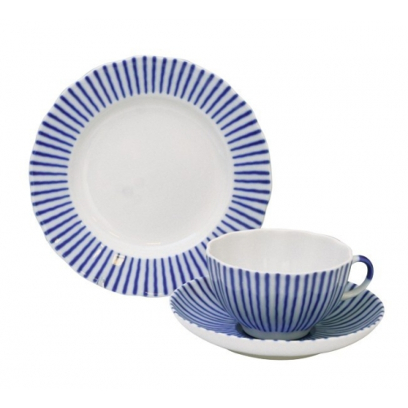 Комплект чайный  ФранцузикЧайные пары и чашки<br>Стильный сервиз с синими полосами украсит любое чаепитие и создаст неповторимую атмосферу.<br>В набор входит:<br>Чашка чайная 250 мл - 1 шт.<br>Блюдце чайное - 1 шт.<br>Тарелка десертная 180 мм - 1 шт.<br><br>Гармоничное сочетание классических форм с изысканной филигранной росписью придает изделиям Императорского фарфорового завода поистине драгоценный вид и ставит их в разряд коллекционного фарфора.<br><br>Material: Фарфор