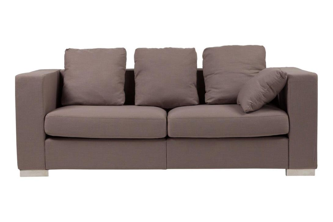 Диван Maturelli Sofa CoffeТрехместные диваны<br>Эффектная модель от DG-Home выполнена в лаконичном дизайне. Она придется по вкусу тем, кто ценит комфорт и практичность. Кофейный оттенок обивки придает образу шарм и изысканность. Спинка и подлокотники расположены в одной плоскости, что создает немного строгий и монолитный силуэт. Maturelli Sofa Coffe с легкостью впишется в просторный лофт-интерьер, став связующим звеном при зонировании помещения.&amp;lt;br&amp;gt;&amp;lt;div&amp;gt;&amp;lt;br&amp;gt;&amp;lt;/div&amp;gt;Материал: ткань, поролон, деревянный каркас, ножки из нержавеющей стали<br><br>Material: Текстиль<br>Ширина см: 90<br>Высота см: 72