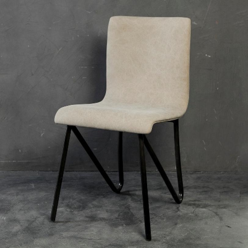Стул СибарисОбеденные стулья<br>Нетривиальный стул &amp;quot;Сибарис&amp;quot; не останется без внимания людей, любящих строгое и брутальное оформление. Сочетание грубого металла темной гаммы со стильной обивкой светлого оттенка покорит своей контрастностью. Интересная форма изогнутой спинки, словно парящей в воздухе, добавляет индастриал-дизайну стула некоторую элегантность.&amp;amp;nbsp;<br><br>Material: Текстиль<br>Length см: 44<br>Width см: 55<br>Depth см: None<br>Height см: 83<br>Diameter см: None