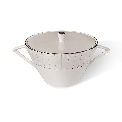 СУПНИЦА SILVER STRIPEЕмкости для хранения<br>Даже если вы не любите готовить суп, теперь вам обязательно захочется это сделать! Ведь его можно подать в ошеломительной супнице &amp;quot;SILVER STRIPE&amp;quot;. Ультрасовременный дизайн, форма перевернутого конуса, треугольные ручки, и конечно, элегантный цвет: тонкие серебристые полосы на белоснежном фоне. Вы уже придумали, какой суп вы подадите сегодня к обеду?<br><br>Material: Фарфор