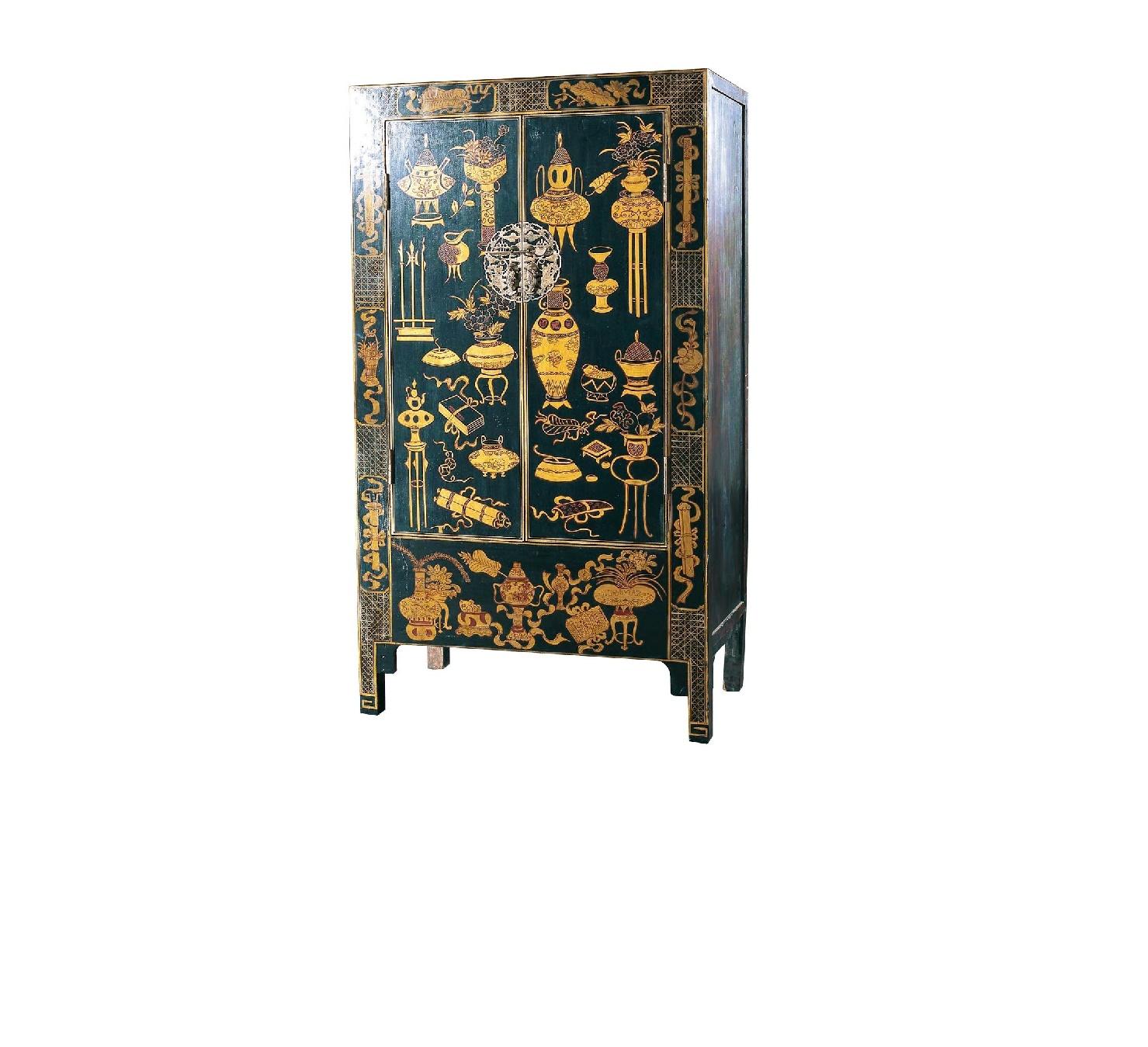 Шкаф ГуйБельевые шкафы<br>&amp;quot;Гуй&amp;quot; создан в стиле старинной мебели, которая была популярна в Китае&amp;amp;nbsp;во времена правления династии Цин. Раньше в таких шкафах средневековые художники хранили разнообразные инструменты для творчества. Сегодня в нем можно размещать принадлежности для своего хобби. Шкаф черного цвета, вручную расписанный сусальным золотом, станет отличным местом для хранения важных вещей. Ажурная накладка с запором подчеркнет их значимость для своего хозяина.<br><br>Material: Дерево<br>Length см: 100<br>Width см: 45<br>Height см: 180