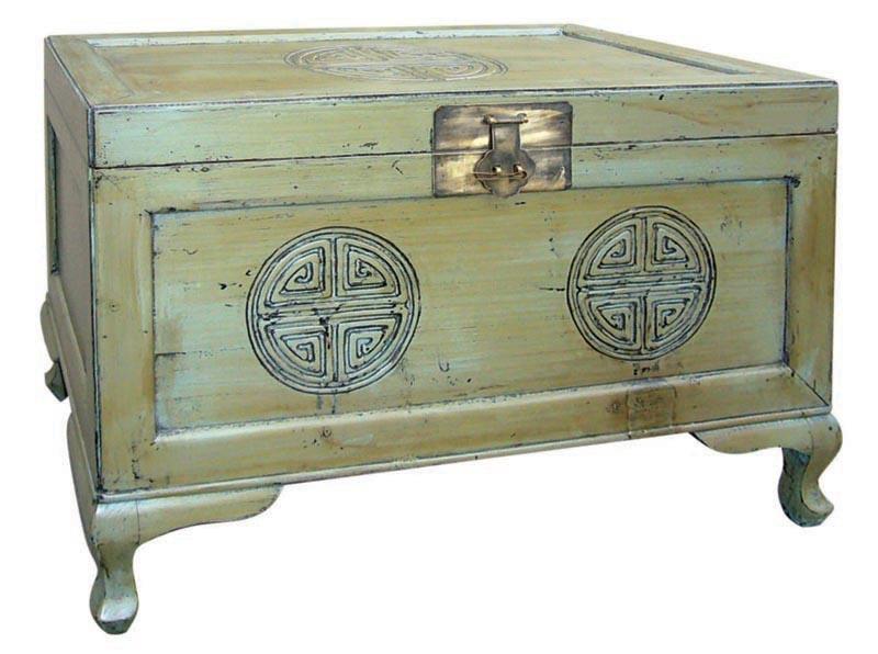 Сундук И-сянСтаринные сундуки<br>&amp;quot;И-сян&amp;quot; ? традиционный китайский платяной сундук, который может использоваться не только для хранения вещей, но для отдыха. Напоминающий аккуратный табурет, он великолепно дополнит творческую атмосферу вашей мастерской. Выполненный в стиле старинной мебели династии Юань, он привнесет в интерьер богатство и загадочную элегантность китайской культуры.<br><br>Material: Дерево<br>Ширина см: 47<br>Высота см: 55