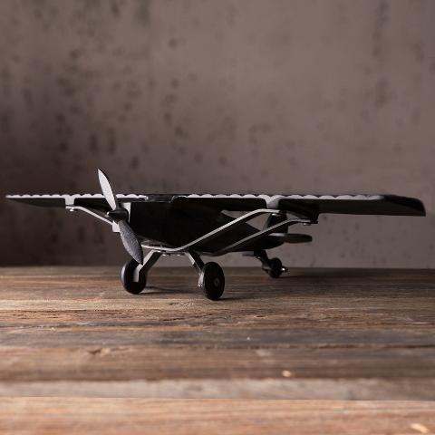 Статуэтка АэропланСтатуэтки<br>Этот&amp;amp;nbsp;аэроплан -&amp;amp;nbsp;миниатюрная копия настоящего самолета начала прошлого века. Каждая деталь реалистична в своей разработке: &amp;amp;nbsp;крылья, колесики и лопасти впечатляют качеством исполнения. Статуэтка станет прекрасным подарком для коллекционеров или людей, профессионально связанных с полетами.<br><br>Material: Металл<br>Length см: 51<br>Width см: 30<br>Height см: 10
