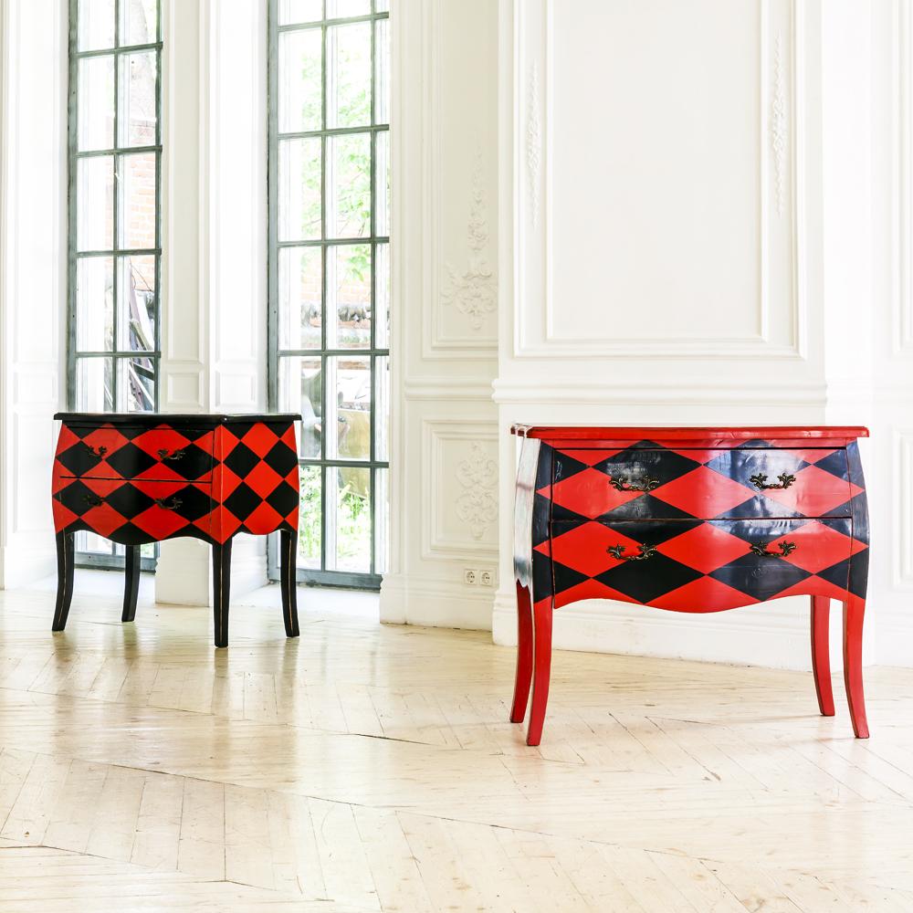 Комод «Эдисон»Комоды на ножках<br>Комод &amp;quot;Эдисон&amp;quot; в стиле XVIII века завоевывает внимание классическим сочетанием черного и красного цветов. Этот комод - образец высокой театральной моды, ведь он словно одет в костюм Арлекина. Сохраняя классический силуэт комода, яркость образа придает ему исключительную оригинальность. Легкая винтажность комода наполняет пространство особым шармом, искренностью и сентиментальностью старинных вещей. Плавные линии изделия изящны и грациозны, ножки - словно танцуют на театральной сцене. Комод &amp;quot;Эдисон&amp;quot; с двумя вместительными выдвижными ящиками - идеальное сочетание практичности и авторского стиля владельца. Ручки – в форме двух лепестков. Комод изготовлен из вяза. Древесина вяза - крепкая, твердая, не боится сырости и устойчива к гниению. Вес: 23 кг<br><br>Material: Вяз<br>Length см: 41<br>Width см: 89<br>Height см: 79