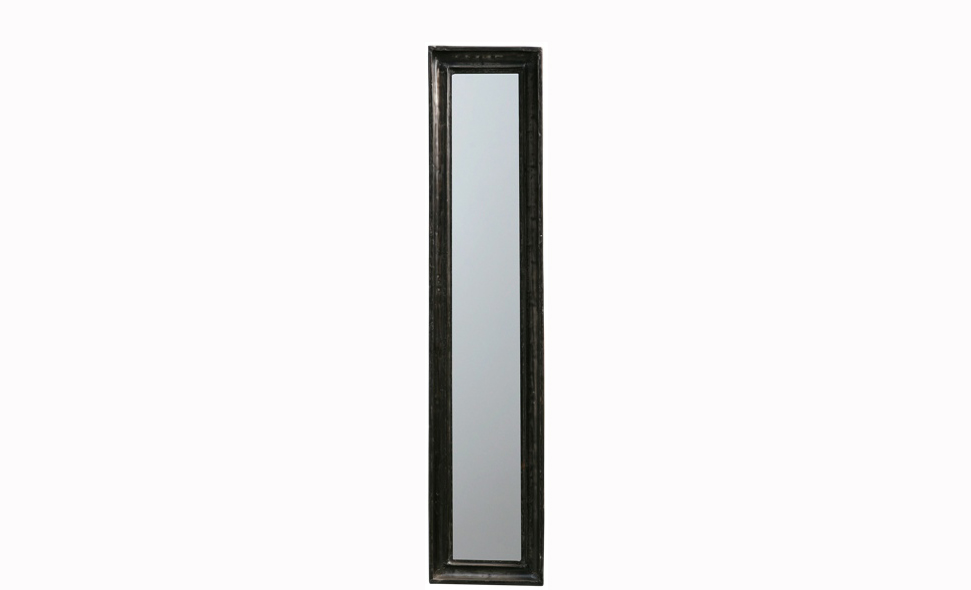 ЗеркалоНастенные зеркала<br>Что придает этому зеркалу элегантный и сдержанный вид? Простое оформление в стиле американской буржуазии. Интересные пропорции прямоугольного силуэта добавляют дизайну зеркала оригинальность и провоцируют обладателя на создание зеркальной композиции.<br><br>Material: Металл<br>Ширина см: 26<br>Высота см: 120<br>Глубина см: 4