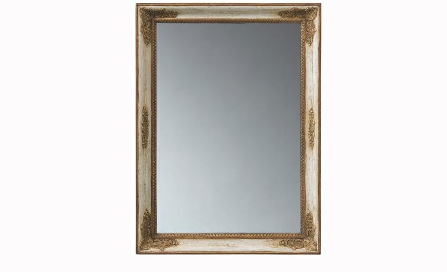 Зеркало Saint-HonoreНастенные зеркала<br>&amp;quot;Saint-Honore&amp;quot; ? зеркало, красота которого открывается только при тщательном его изучении. Простая прямоугольная рама из натуральной древесины украшена великолепными резными элементами. Потрясающие в своей миниатюрной сложности детали выглядят роскошно и облагораживают вид зеркала.&amp;amp;nbsp;<br><br>Material: Дерево<br>Length см: 96<br>Width см: 70<br>Depth см: 7
