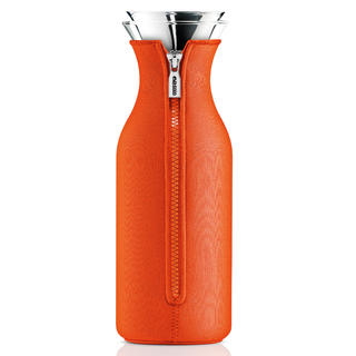 Графин в чехле FridgeЕмкости для хранения<br>Стильная одежда красит не только людей! Яркий оранжевый чехол из неопрена позволяет кувшину &amp;quot;Fridge&amp;quot; выглядеть сногсшибательно. Декорированный удобной застежкой на молнии чехол может мгновенно менять облик кувшина.&amp;lt;div&amp;gt;&amp;lt;br&amp;gt;&amp;lt;/div&amp;gt;&amp;lt;div&amp;gt;Удобно хранить на полочке в дверце холодильника, размер подходит для большинства моделей.&amp;lt;/div&amp;gt;&amp;lt;div&amp;gt;Материалы: боросиликатное стекло, нержавеющая сталь, неопрен.&amp;lt;/div&amp;gt;&amp;lt;div&amp;gt;Емкость: 1 л.&amp;amp;nbsp;&amp;lt;/div&amp;gt;&amp;lt;div&amp;gt;Стеклянные и металлические части можно мыть в посудомоечной машине.&amp;lt;/div&amp;gt;<br><br>Material: Стекло<br>Высота см: 27
