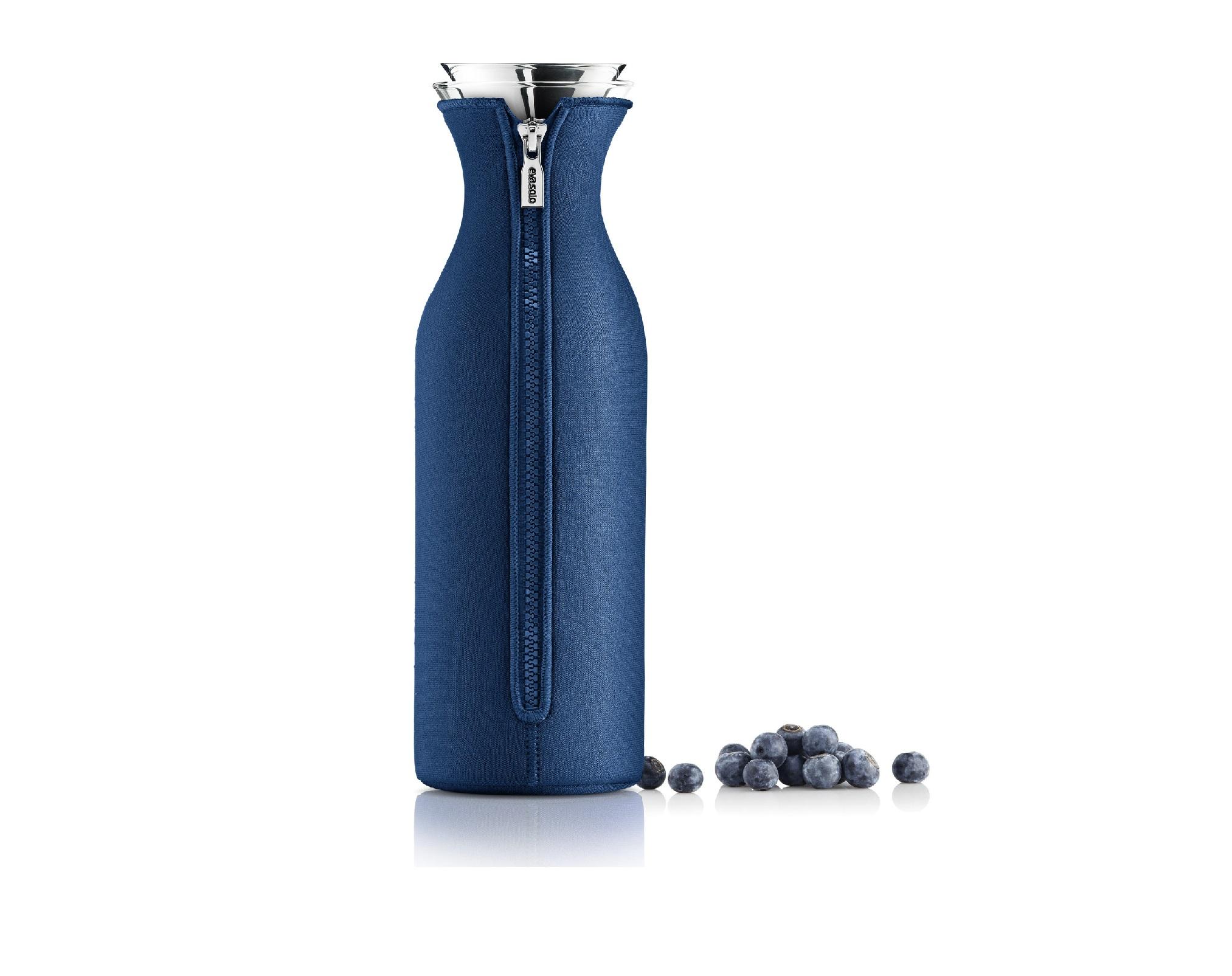 Графин в чехле FridgeЕмкости для хранения<br>Графин &amp;quot;Fridge&amp;quot; привлекает внимание благодаря своей уникальному &amp;quot;костюму&amp;quot;, в роли которого выступает элегантный синий чехол. Превосходная глубокая гамма делает его облик благородным и запоминающимся. Чехол не только выглядит великолепно, но и позволяет наслаждаться напитками оптимальной температуры, которую он поддерживает неизменной за счет неопрена.&amp;lt;div&amp;gt;&amp;lt;br&amp;gt;&amp;lt;/div&amp;gt;&amp;lt;div&amp;gt;Материалы: боросиликатное стекло, нержавеющая сталь, неопрен.&amp;lt;/div&amp;gt;&amp;lt;div&amp;gt;Емкость: 1 л.&amp;amp;nbsp;&amp;lt;/div&amp;gt;&amp;lt;div&amp;gt;Стеклянные и металлические части можно мыть в посудомоечной машине.&amp;lt;/div&amp;gt;<br><br>Material: Стекло<br>Height см: 27<br>Diameter см: 9