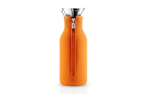 Графин в чехле FridgeЕмкости для хранения<br>Только представьте себе как хорошо будет смотреться в этом графине апельсиновый, морковный или тыквенный сок! Яркий оранжевый чехол привлечет внимание к этим превосходным напиткам, наполненным самыми полезными витаминами. Эклектичное оформление так и будет манить к себе, ненавязчиво подталкивая распробовать то, что заключено внутри графина.&amp;amp;nbsp;&amp;lt;div&amp;gt;&amp;lt;br&amp;gt;&amp;lt;/div&amp;gt;&amp;lt;div&amp;gt;Материалы: боросиликатное стекло, нержавеющая сталь, неопрен.&amp;lt;/div&amp;gt;&amp;lt;div&amp;gt;Емкость: 1 л.&amp;amp;nbsp;&amp;lt;/div&amp;gt;&amp;lt;div&amp;gt;Стеклянные и металлические части можно мыть в посудомоечной машине.&amp;lt;/div&amp;gt;<br><br>Material: Стекло<br>Height см: 27<br>Diameter см: 9
