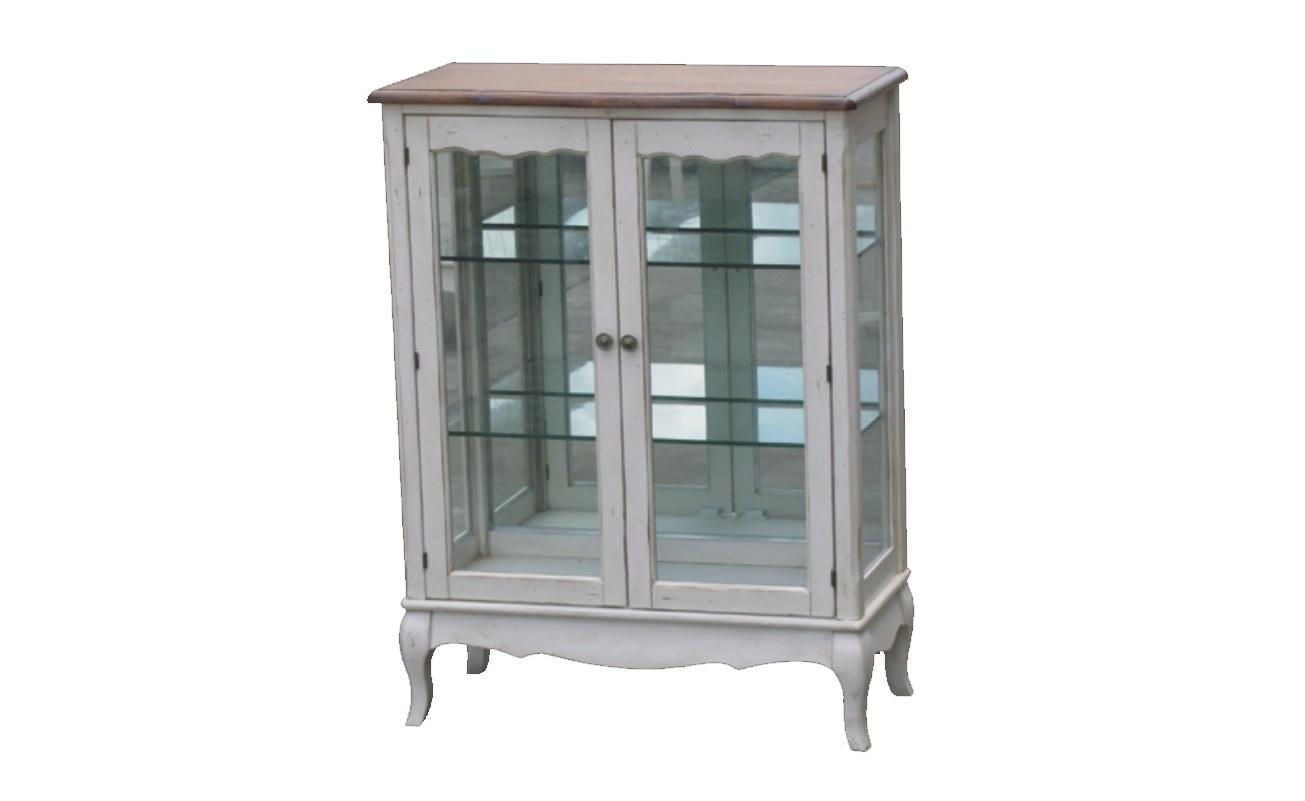 Витрина Blanc bonbonВитрины<br>&amp;quot;Blanc Bonbon&amp;quot; ? буфет, который наполнит вашу кухню очарованием французского кантри. Элегантные резные детали, стеклянные дверцы и полки, придающие силуэту легкость, а также кремовый белый цвет ? эти элементы позволяют ему смотреться лаконично, но изысканно.<br><br>Material: Дерево<br>Length см: 80<br>Width см: 37<br>Height см: 106