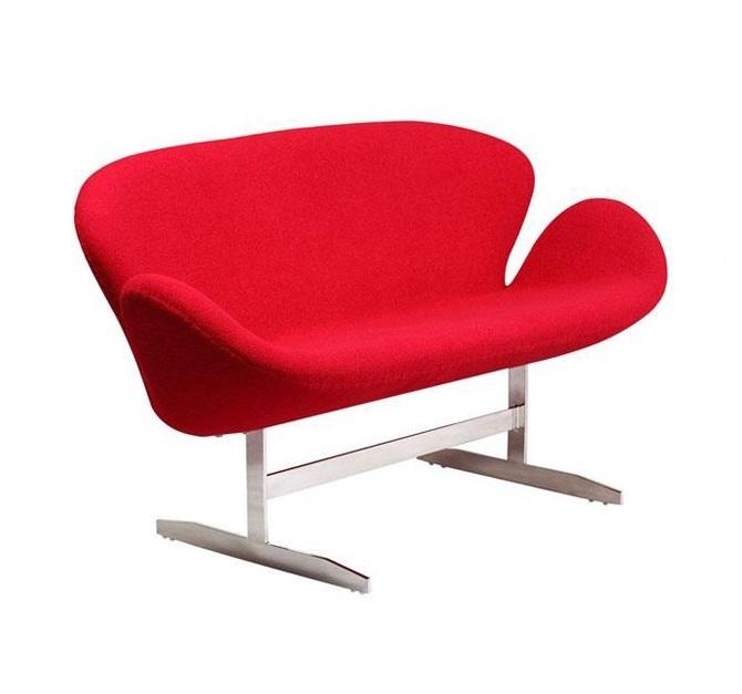 Диван SwanДвухместные диваны<br>Мебель такой необычной формы придумал легендарный Арне Якобсен. Креслами-&amp;quot;лебедями&amp;quot;он обставил отель Radisson SAS в Копенгагене. Современные дизайнеры расширили сиденье, превратив кресло в диван, но концепция осталась прежней, легко узнаваемой. Обивка изготовлена из мягкого кашемира ярко-красного оттенка, каркас металлический.<br><br>Material: Кашемир<br>Length см: 142<br>Width см: 66<br>Height см: 80