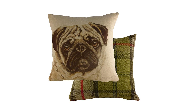 Подушка с принотом Waggydogs PugКвадратные подушки и наволочки<br>Подушка &amp;quot;WAGGYDOGS PUG&amp;quot; подойдет для фанатов собак и английского стиля. &amp;amp;nbsp;Ведь англичане настолько любят собак, что украшают их изображениями многие предметы. На этой диванной подушке, например, поселился вдумчивый и серьезный мопс. Так и представляется неспешная прогулка с забавной собакой на поводке! Тыльная сторона подушки выполнена в классической клетчатой расцветке.<br><br>Material: Текстиль<br>Length см: 43<br>Width см: 43<br>Height см: 6