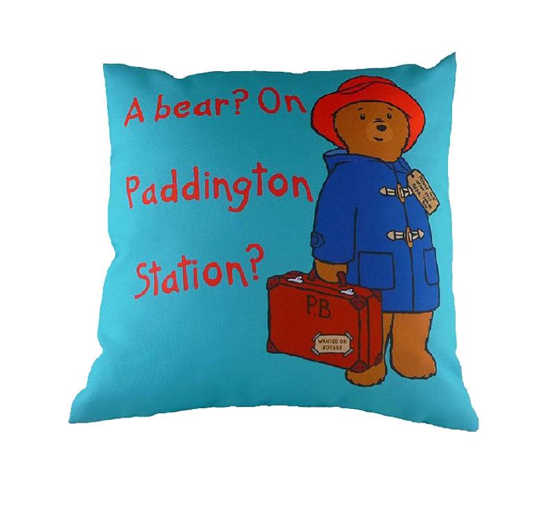 Подушка с принтом Paddington Bear BlueКвадратные подушки и наволочки<br>Неважно, есть ли у вас дети, или же вы просто очень любите истории о медвежонке по имени Паддингтон. Он – любимец людей во всем мире, ведь общий тираж приключений медвежонка превысил 25 миллионов книг! Поэтому чудесная и яркая подушка «PADDINGTON BEAR BLUE&amp;quot; будет всегда вызывать улыбку у ваших гостей. Скорее берите в руки книгу, устраивайтесь на диване поудобнее и наслаждайтесь чтением! Вспомнить истории детства – что может быть приятнее?<br><br>Material: Текстиль<br>Ширина см: 43<br>Высота см: 6