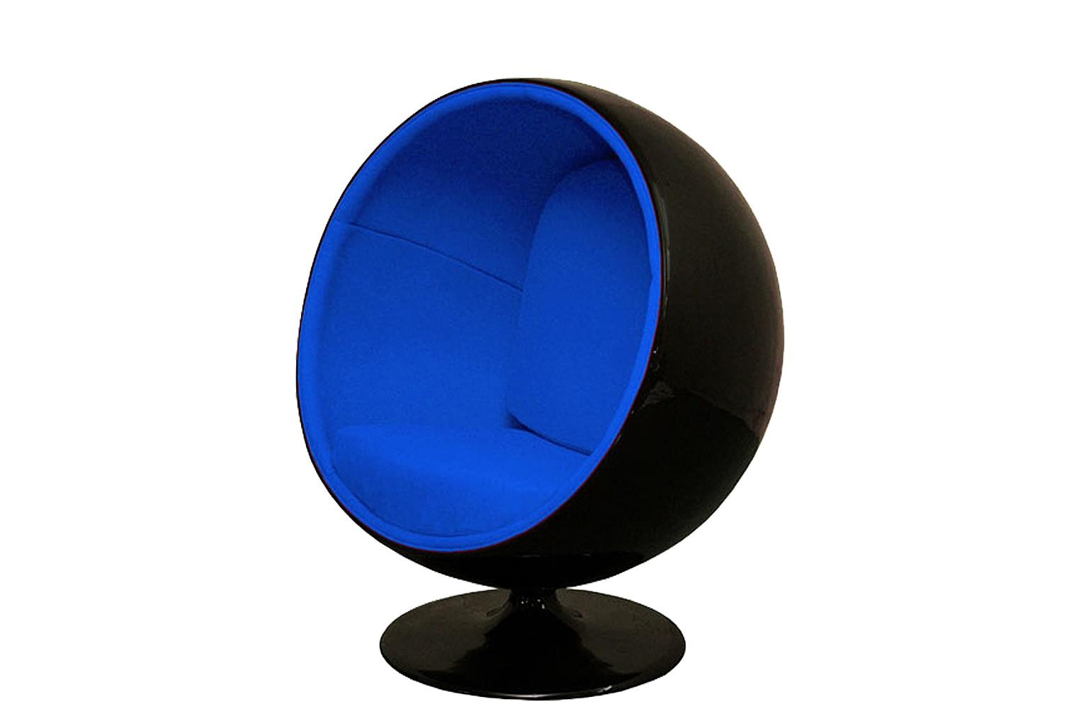 Кресло Eero Ball ChairИнтерьерные кресла<br>Взрослые тоже любят «домики», где можно укрыться от проблем и отлично отдохнуть! Шарообразное кресло на ножке &amp;quot;EERO BALL CHAIR&amp;quot;, созданное Ээро Аарнио еще в 1963 году, дарит полное ощущение релакса благодаря своему продуманному дизайну и эргономичности. Глубокий синий цвет шерстяной обивки дополнительно настраивает сознание на отдых и расслабление. Нужно выбирать увлекательные книги для чтения – иначе слишком велик риск безмятежно задремать!<br><br>Материал: Пластик, шерсть<br>Цвет: черный, синий<br><br>Material: Пластик<br>Length см: 103<br>Width см: 83<br>Height см: 120