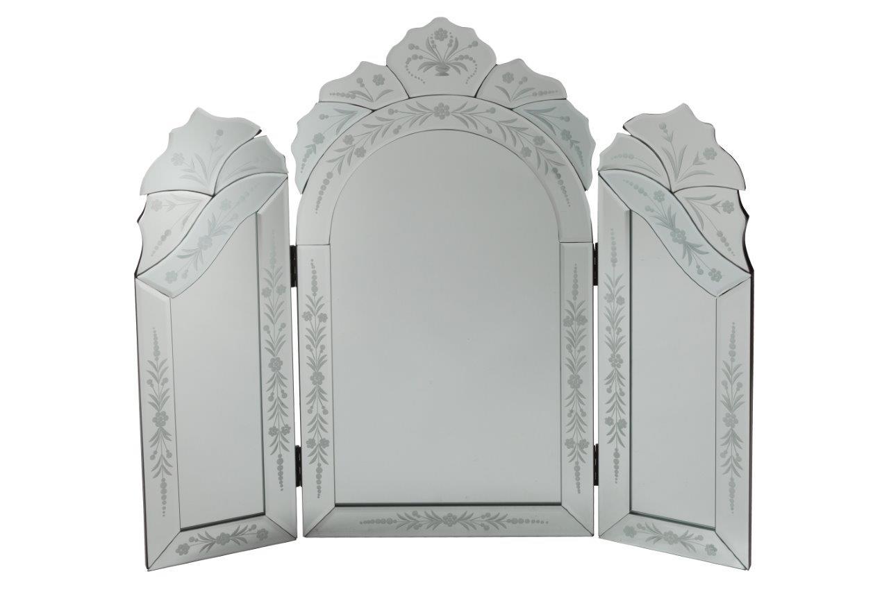 Зеркало PanopyНастенные зеркала<br>Трехстворчатое зеркало-трюмо Margaux — стильный предмет декора интерьера и безусловное его украшение. Оно будет удачно смотреться как в комнате с модной зеркальной мебелью, так и в любой другой обстановке. Изысканная рама, украшенная очаровательными растительными рисунками придает аксессуару неповторимый и роскошный вид. Представьте себя перед этим роскошным зеркалом — и вы почувствуете, что оно обязательно должно быть в вашем доме. Сделайте себе — любимой — подарок!<br><br>Material: Стекло<br>Length см: 73<br>Depth см: 2,5<br>Height см: 63