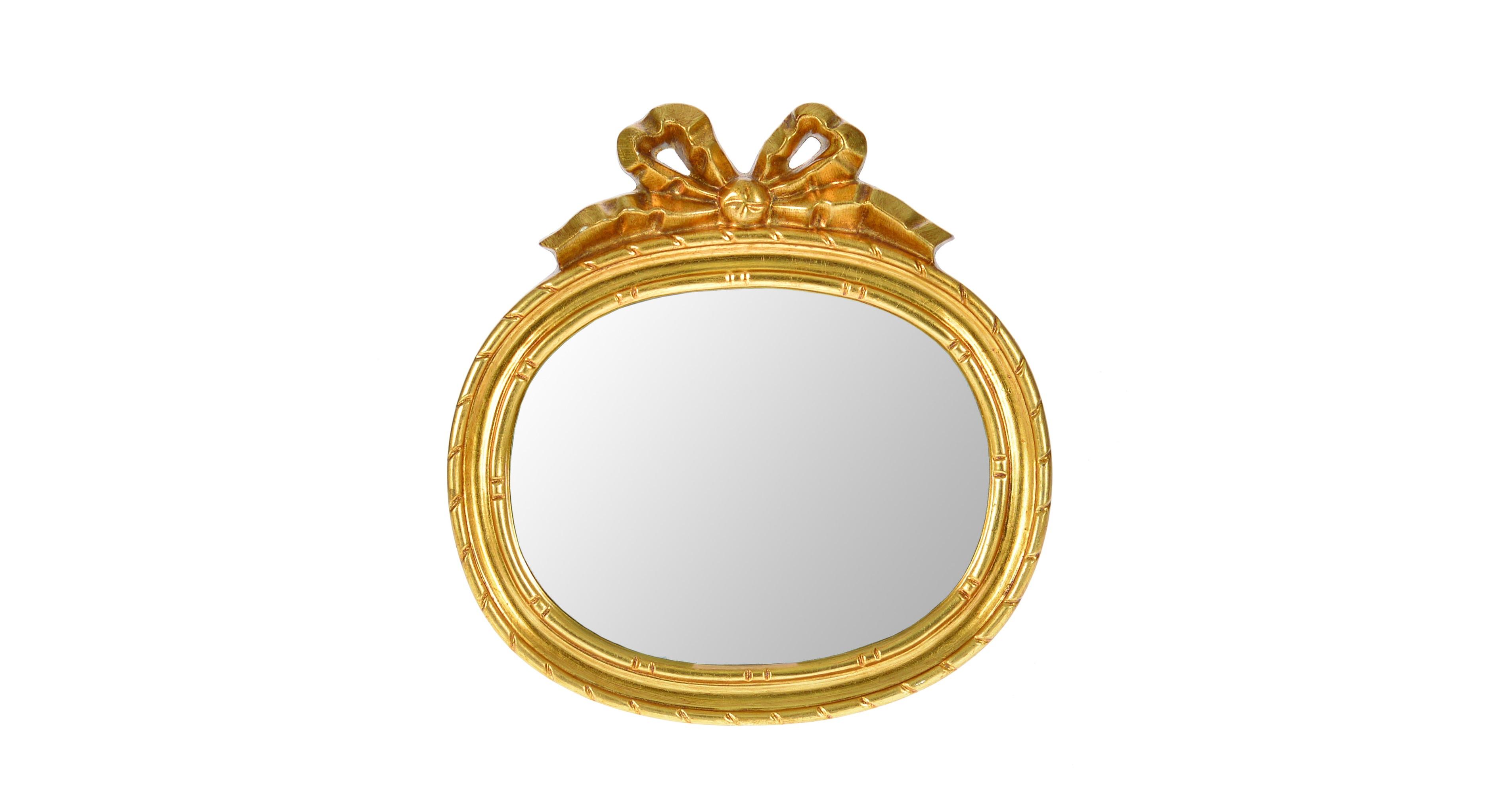 Настенное зеркалоНастенные зеркала<br>Смотрясь в это настенное зеркало, вы всегда будете поднимать себе настроение, ведь ваш образ будет преподносится в нем в качестве подарка. Такое ощущение создаст золотистая овальная рама, декорированная бантом. Зеркало не только поднимет вашу самооценку, но и превосходно украсит собой интерьеры в английском стиле.<br><br>Material: Стекло<br>Ширина см: 4<br>Высота см: 30