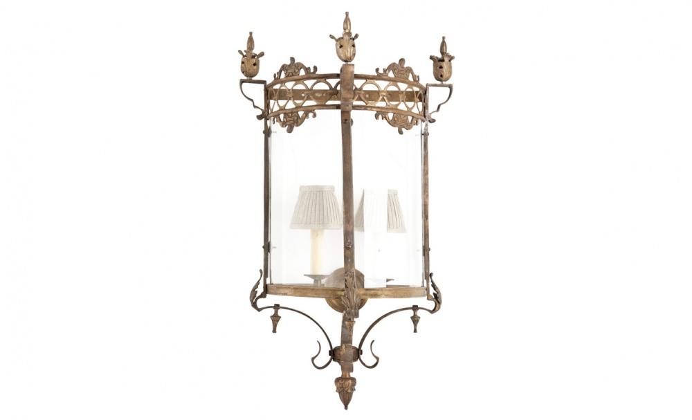 Бра OrsaYБра<br>Плавные изгибы оригинальных орнаментов из античной латуни позволяют бра &amp;quot;OrsaY&amp;quot; источать элегантность. Миниатюрные лампы в форме свечей добавляют романтизм всему облику. Заключенные за прозрачным стеклом, они не могут выбраться наружу, но все же наделяют классическое оформление в английском стиле винтажным очарованием.&amp;lt;div&amp;gt;&amp;lt;br&amp;gt;&amp;lt;/div&amp;gt;&amp;lt;div&amp;gt;Количество ламп (2), цоколь (14Е), мощность (40Вт).&amp;amp;nbsp;&amp;lt;/div&amp;gt;<br><br>Material: Латунь<br>Length см: None<br>Width см: 50<br>Depth см: 36<br>Height см: 86