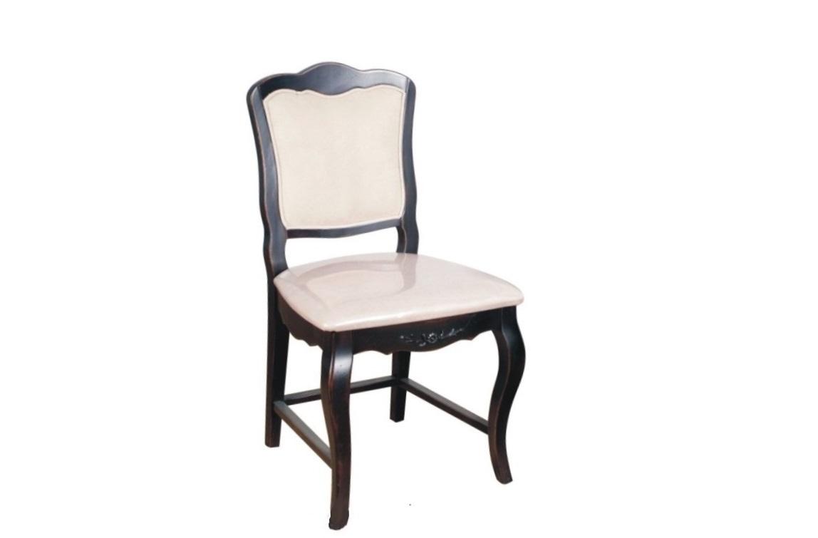 СтулОбеденные стулья<br>Гамма оформления этого стула строится на контрасте глубокого кофейного и нежного молочного цвета. Но здесь противоречия не заканчиваются. Изысканный силуэт не выглядит помпезным, он, напротив, завораживает своей скромностью. Последняя обеспечивается благодаря отделке, будто раскрывающей историю этого предмета. Патинирование делает оформление стула немного винтажным, а значит отлично подходящим для прованса или шебби-шика.<br><br>Material: Дерево<br>Length см: 46<br>Width см: 46<br>Height см: 91