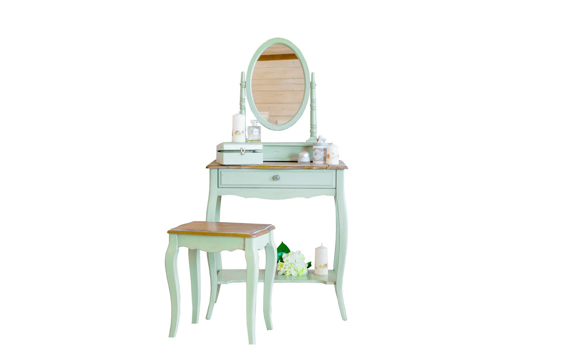 Будуарный столТуалетные столики<br>Этот будуарный стол выполнен в изящном прованском стиле, представляющем собой объединение французской роскоши с деревенской простотой. Отблески утонченного шика проявляются в его традиционных формах, созданных резными и гнутыми элементами. Сдержанность оформлению добавляет пастельная гамма, а также отсутствие ярких деталей.<br><br>Material: Дерево<br>Length см: 70<br>Width см: 40<br>Height см: 142