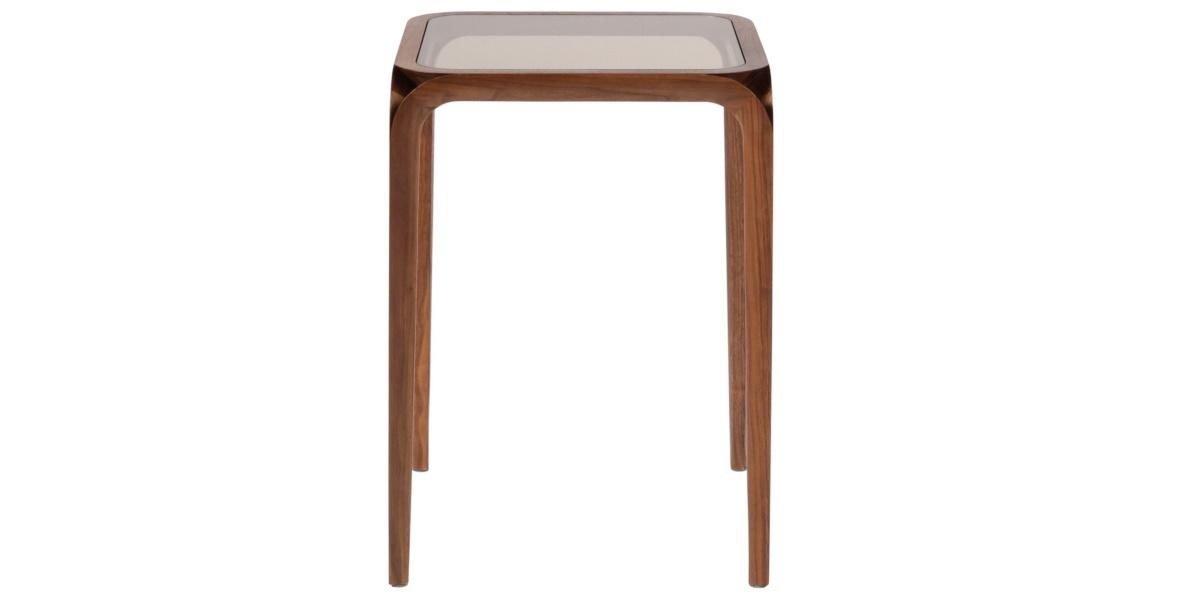 Столик EdgeПриставные столики<br>Лаконичный столик из коллекции винтажной мебели изготовлен с минимумом деталей в отделке. В &amp;amp;nbsp;дизайне &amp;quot;Edge&amp;quot; отсутствует громоздкость, свойственная старинным предметам. Зато есть скромное обаяние деталей. Увеличенная высота, стеклянная столешница, обрамленная деревянной каймой и деревянные ножки, зауженные книзу, подчеркнут тонкий вкус обладателя.&amp;amp;nbsp;&amp;lt;div&amp;gt;&amp;lt;br&amp;gt;&amp;lt;/div&amp;gt;&amp;lt;div&amp;gt;&amp;amp;nbsp;Объем: 0,1 м3&amp;lt;/div&amp;gt;<br><br>Material: Дерево<br>Ширина см: 40<br>Высота см: 55<br>Глубина см: 40