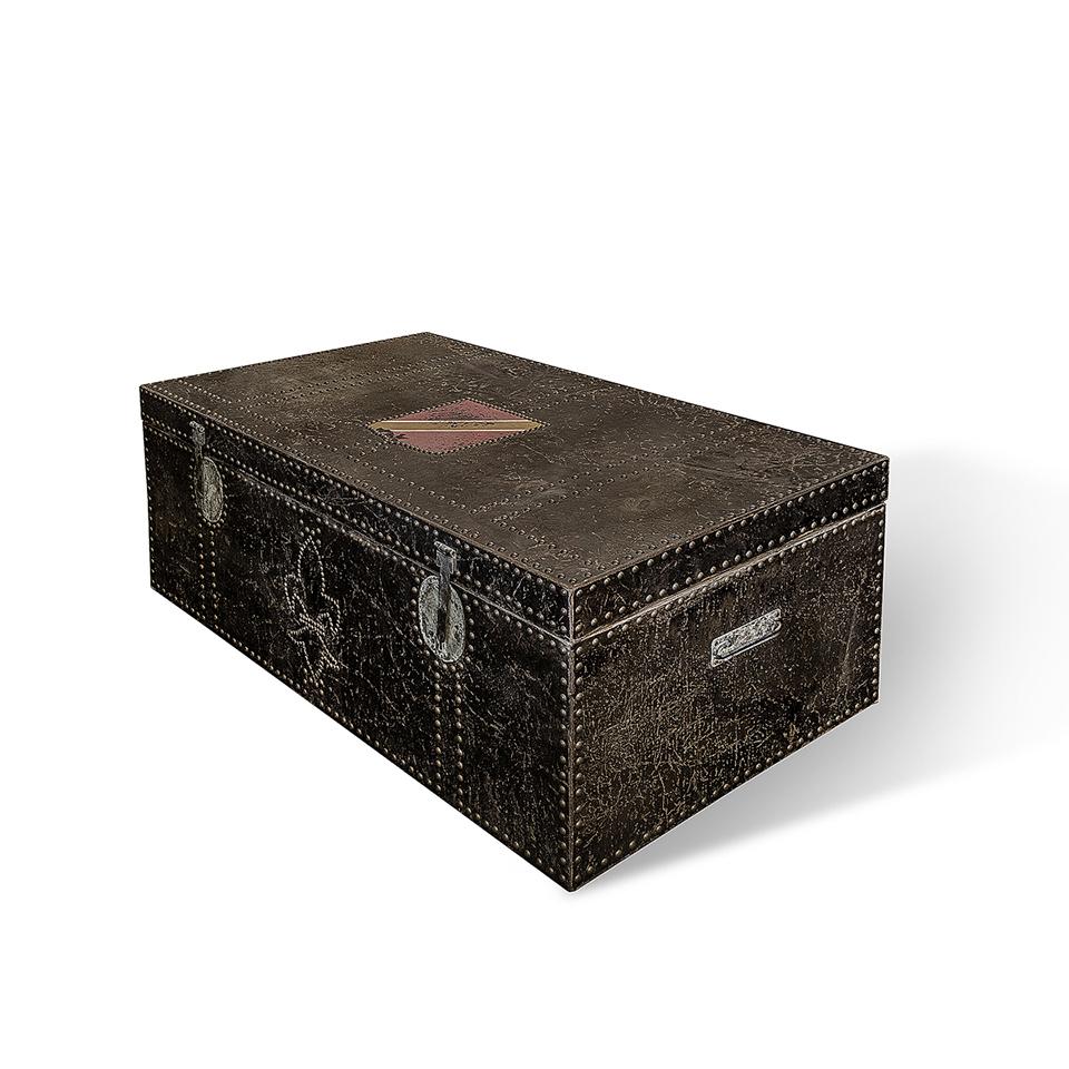 Комод ДинерИнтерьерные комоды<br>Комод из темного дерева, декорированный светлыми мебельными гвоздиками. Они не только окантовывают сундук по периметру, но и складываются в королевскую линию на фасаде. Это и стильный декор интерьера, и вместительное место для хранения.<br><br>Material: Дерево<br>Length см: 130<br>Width см: 47<br>Height см: 70