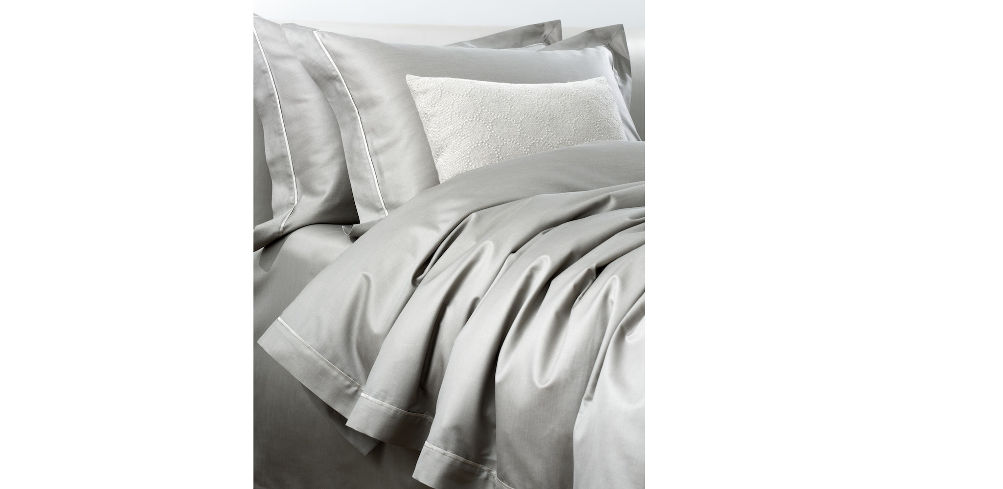 Комплект  постельного белья CANALETTO ARGENTO (королевский)Двуспальные комплекты постельного белья<br>&amp;lt;div&amp;gt;Постельное белье, достойное монарха ? это итальянский сатин от Fiori di Vinezia, который ткут из тончайшего египетского длинноволокнистого хлопка плотностью 800 ТС. Эта ткань, окрашенная в мягкий серый цвет, мерцает и струится, как шелк, гладкая и податливая на ощупь. Ее можно стирать при 40°С, а гладить ? влажной и при температуре 150°. В комплекте пододеяльник 240х220 см, простынь 260х280 см и две наволочки 50х70 см. Набор уже упакован в подарочную коробку и может стать роскошным подарком на любое торжество.&amp;lt;/div&amp;gt;<br><br>Material: Сатин<br>Length см: 280<br>Width см: 260<br>Height см: None