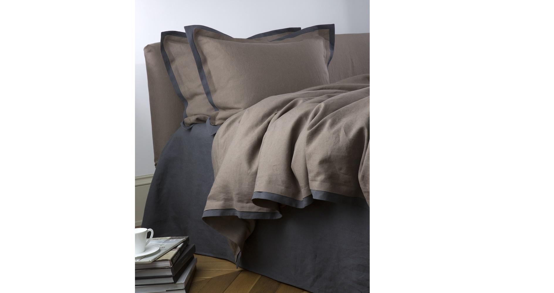 Комплект  постельного белья VELA RICCIO G (королевский)Двуспальные комплекты постельного белья<br>Это белье с винтажным акцентом изготовлено из натурального льна плотностью 115 ТС. Готовую ткань обработали варкой для придания эффекта мятости. Лен стирают в машинке при 40°С, предварительно застегнув молнии, а гладят влажным при 200°С. Можно и вовсе не гладить, чтоб сохранить упомянутый &amp;quot;жатый&amp;quot; эффект. В комплекте пододеяльник - 240х220 см, простынь - 260х280 см и две наволочки 50х70 см. Наволочки и пододеяльник натурального &amp;quot;небеленого&amp;quot; цвета украшены кантом из серой ткани, простынь окрашена в серый оттенок. Набор красиво упакован в подарочную коробку.&amp;lt;br&amp;gt;<br><br>Material: Лен<br>Length см: 280<br>Width см: 260