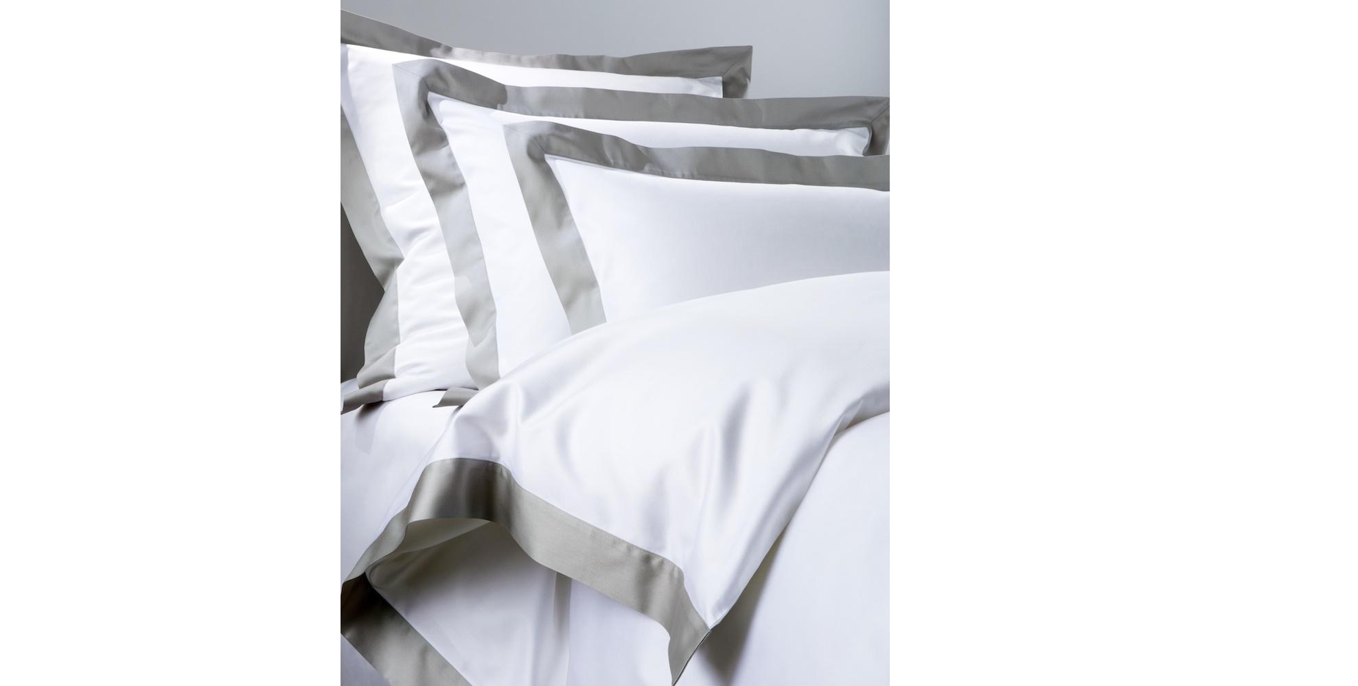Комплект  постельного белья FOSCARI DOLOMIA (королевский)Двуспальные комплекты постельного белья<br>&amp;lt;div&amp;gt;Этот комплект постельного белья изготовлен из белого сатина с контрастными полосами-вставками. Материю ткут на лучших итальянских мануфактурах из египетского длинноволокнистого хлопка с плотностью 600 ТС. Такая ткань отличается особенной гладкостью и мягкостью. Набор упакован в подарочную коробку и состоит из пододеяльника 240х220 см, простыни 260х280 см и двух наволочек 50х70 см. Рекомендуется стирать белье при 40°С, предварительно застегнув все молнии, гладить ? влажным, при 150°С.&amp;lt;/div&amp;gt;<br><br>Material: Сатин<br>Length см: 280<br>Width см: 260