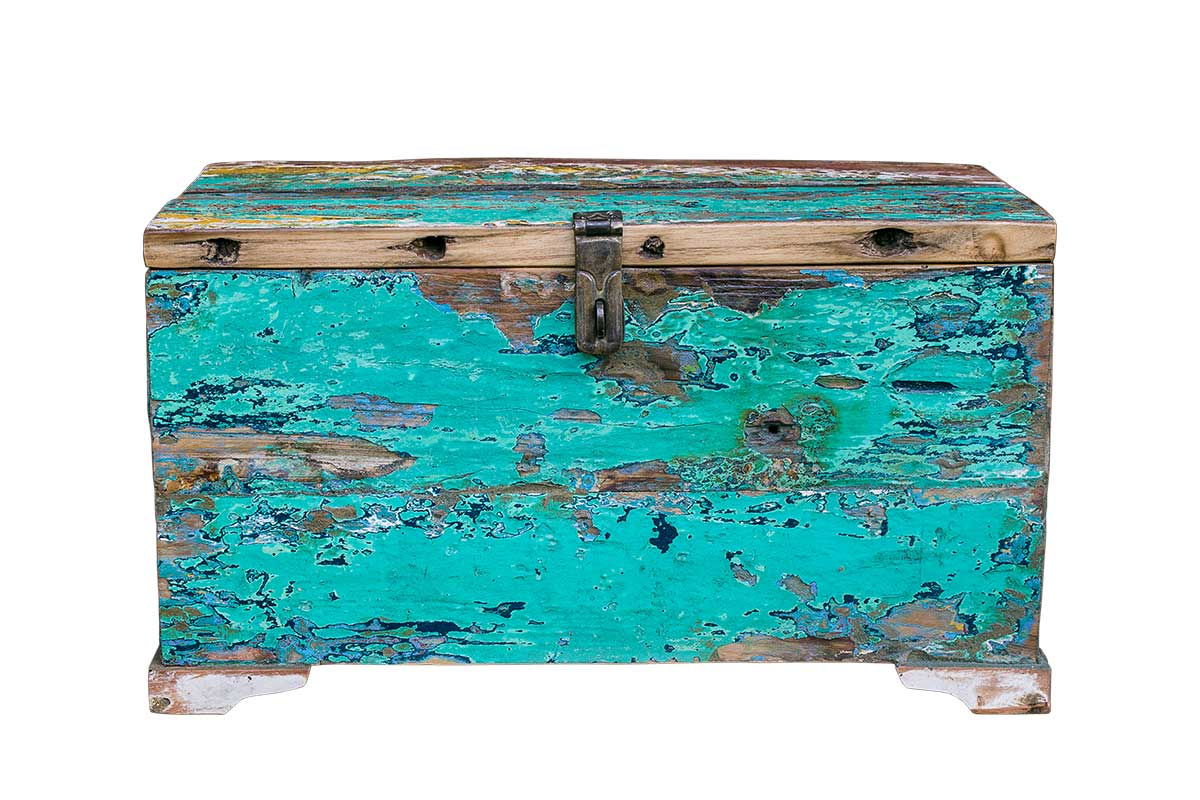 Сундук ГалаСтаринные сундуки<br>&amp;lt;div&amp;gt;Старый деревянный сундук станет хранилищем для самых дорогих вещей. Сундук &amp;quot;Гала&amp;quot; — раритетный предмет для ценителей винтажных вещей. Ярко-бирюзовый цвет напоминает морские волны, отправляя в увлекательные мечты. Массивный замок приоткроет тайну во внутреннее содержимое. Сундук готов поселиться в эклектичных апартаментах в стиле бохо-шик, винтаж и кантри.&amp;lt;/div&amp;gt;&amp;lt;div&amp;gt;&amp;lt;br&amp;gt;&amp;lt;/div&amp;gt;Сундук выполнен из старой рыбацкой лодки с сохранением оригинальной многослойной окраски.<br><br>Имеет откидывающуюся дверцу с замком. Страна производитель - Индонезия.<br> <br><br>Материал и состав: изготовлен из ценных твердых пород древесины (тик, махогон, суар), обладающих высокой износостойкостью, долговечностью и водоотталкивающими свойствами. Покрыт натуральным шеллаком.<br><br>Material: Тик<br>Length см: 25<br>Width см: 50<br>Height см: 22