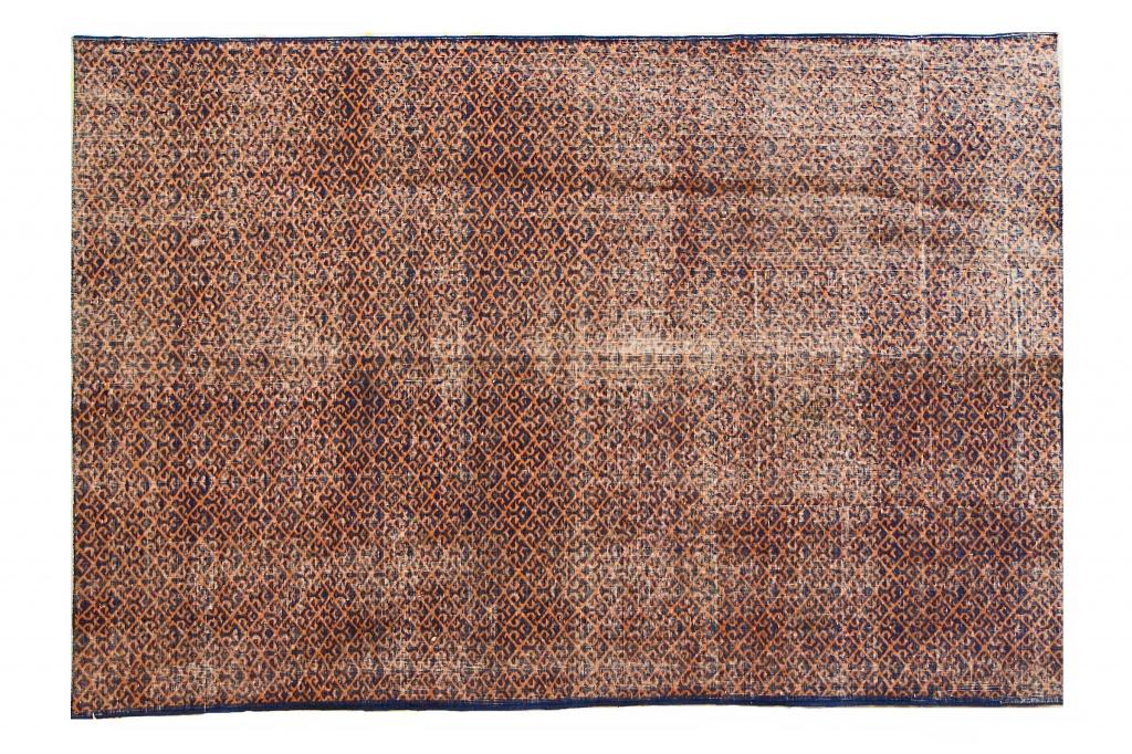 Ковер синий с геометрическим коричневым орнаментомПрямоугольные ковры<br>Этот персидский ковер ручной работы со строгим геометричным узором – настоящий шедевр. Соткан иранскими мастерами по старинным технологиям, которым без малого тысячи лет. Любой эксперт подтвердит высочайшее качество изделия: высокая плотность узелков, идеальная изнанка, отменное плетение соответствуют высоким стандартам мирового ковроткачества. Для изготовления ковра используют чистую шерсть горного барана архара.<br><br>Material: Текстиль<br>Length см: 305<br>Width см: 211
