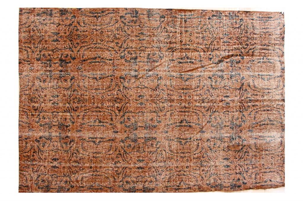 Ковер коричневый с размытым синим орнаментомПрямоугольные ковры<br>Иранский ковер со сложным размытым рисунком – это целая история в одном предмете. Полотно соткано вручную потомственными мастерами, которые, на минуточку!, занимаются этим всей династией уже несколько тысяч лет! Нити – из шерсти горного барана архара, достаточно тонкие. Благодаря высокой плотности узелков достигается такая необычная прорисовка узора, а изнанка ковра выглядит идеально.<br><br>Material: Текстиль<br>Length см: 282<br>Width см: 192