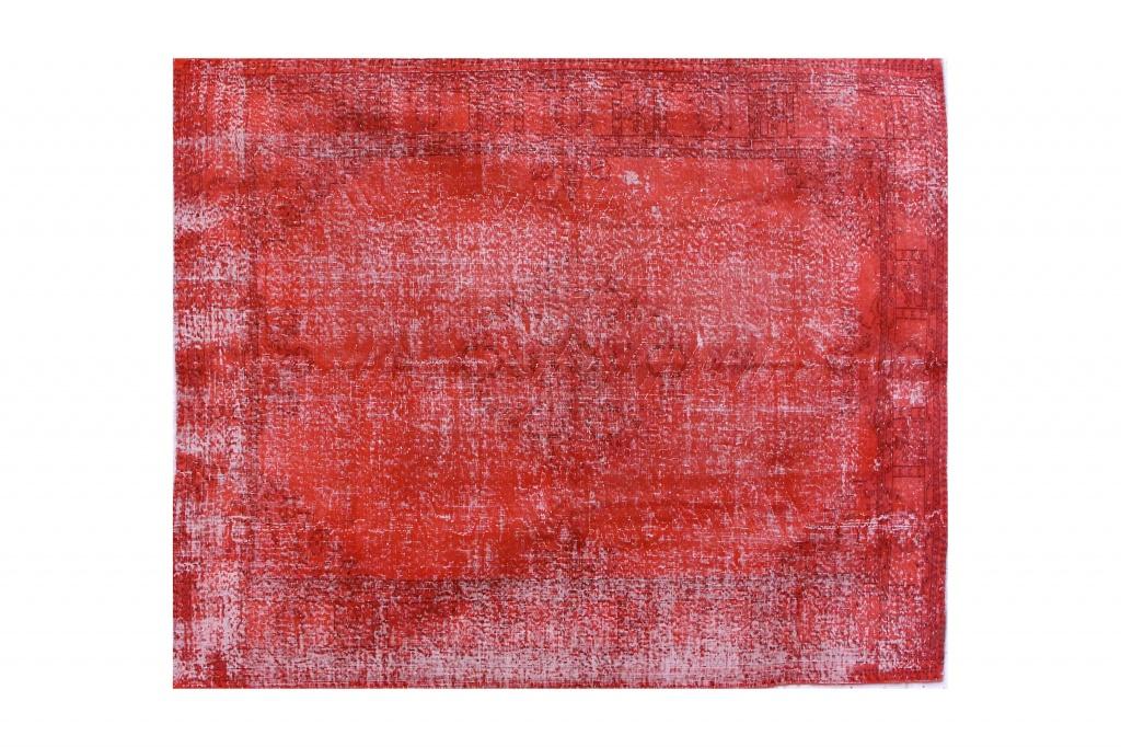 Ковер терракотовыйПрямоугольные ковры<br>Персидский ковер ручной работы – уникальная вещь, которая может задать настроение всему интерьеру. Руки опытных мастеров из Кума, Тебриза, Наина и Исфахана, самых известных центров ковроткачества Ирана, создают такие изделия веками. В ход идет тончайшая шерсть горного барана архара, которая также обрабатывается и окрашивается вручную. Любой эксперт оценит качество этого ковра: высокую плотность узелков, плетение и ровную изнанку.<br><br>Material: Текстиль<br>Width см: 211<br>Height см: 258