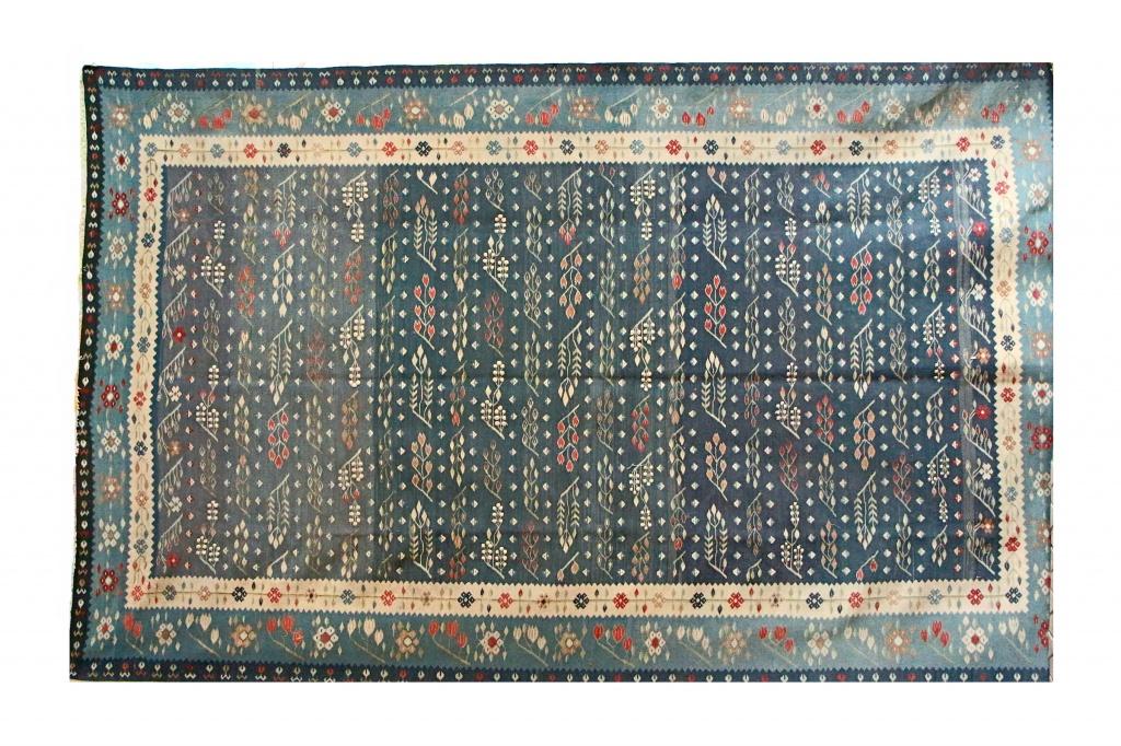 Ковер Килим бело-сине-голубойПрямоугольные ковры<br>Килимы, сумахи и другие безворсовые ковры ткут вручную по древним технологиям во всех регионах Ирана, но более всего – в «Восточном Азербайджане». Этот ковер-килим действительно уникален. Он двусторонний, не имеет изнанки, изготовлен на 100% из шерсти горного барана архара. В интерьерах в восточном стиле килимы не только кладут на пол. Ими украшают стены, диваны и даже используют в качестве скатерти. Растительный узор на ковре яркий, колоритный, а цвет фона – очень нежный, синий и голубой с перламутровым отливом.<br><br>Material: Текстиль<br>Length см: 390<br>Width см: 244