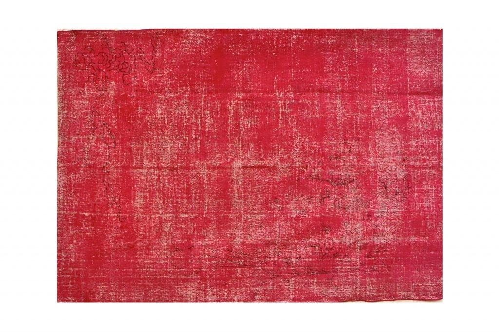 Ковер гранатовыйПрямоугольные ковры<br>Иранский ковер насыщенного гранатового оттенка – безоговорочный фаворит в интерьере. Он не просто выглядит роскошно, у него потрясающая энергетика. Каждая нить, каждый узелок – совершенная ручная работа мастера, чьи предки ткали ковры персидским царям. В производстве используется тонкая шерсть горного барана архара. Плотность узелков очень высокая, а изнанка – ровная, что и характеризует персидские ковры премиум-класса.<br><br>Material: Текстиль<br>Ширина см: 210