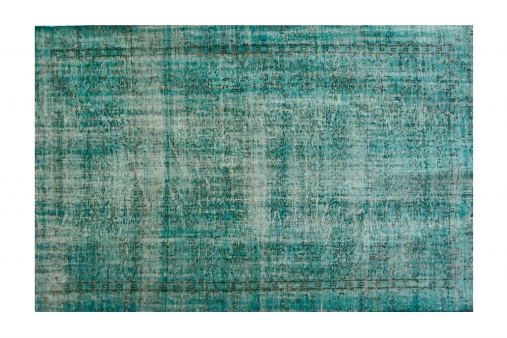 Ковер цвета морской волныПрямоугольные ковры<br>Этот иранский ковер – штучный шедевр ручной работы. При его изготовлении используется шерсть горного барана архара, подготовленная по древним традициям и окрашенная в яркий оттенок морской волны. Любой эксперт подтвердит качество этого изделия класса премиум: безупречная ровная изнанка, высокая плотность узелков, характерный начес. Такой ковер сразу привлекает внимание, становится идейным центром любого интерьера.<br><br>Material: Текстиль<br>Length см: 275<br>Width см: 183