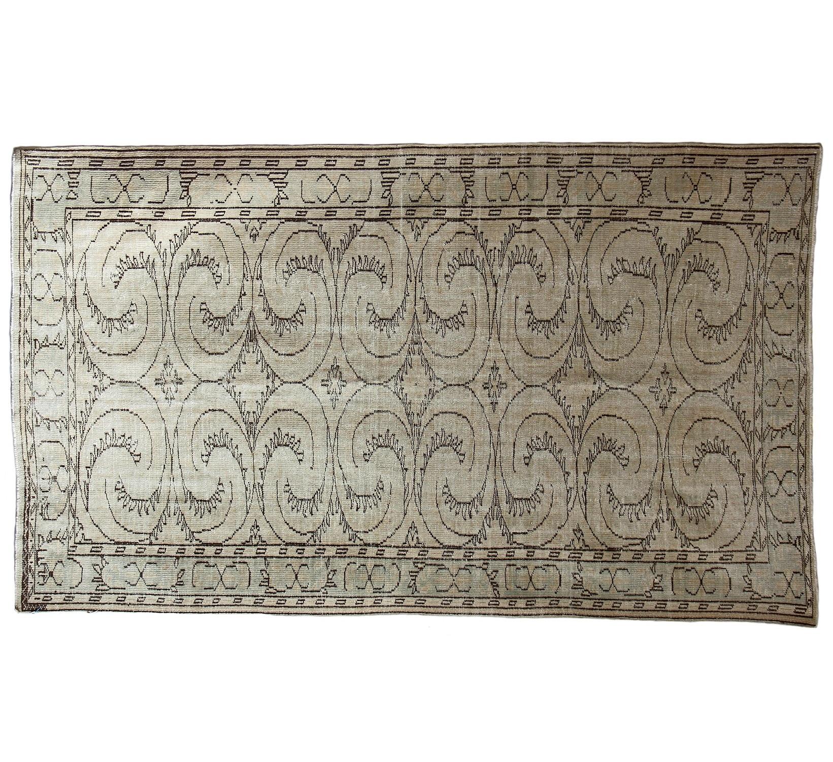 Ковер OVERDYED слоновая костьПрямоугольные ковры<br>Ковер ручной работы из Ирана – вещь с невероятной энергетикой, особым колоритом и настроением. Его ткут из тонких нитей, спряденных из шерсти горного барана архара. В лицевой стороны ковер очень мягкий, с характерным начесом, плавным, струящимся рисунком, который достигается за счет высокой плотности узлов. А с изнанки – однородный, ровный. Потомственные ткачи из Кума, Тебриза, Наина и Исфахана создавали подобные шедевры еще во времена Александра Македонского.<br><br>Material: Текстиль<br>Length см: 290<br>Width см: 172
