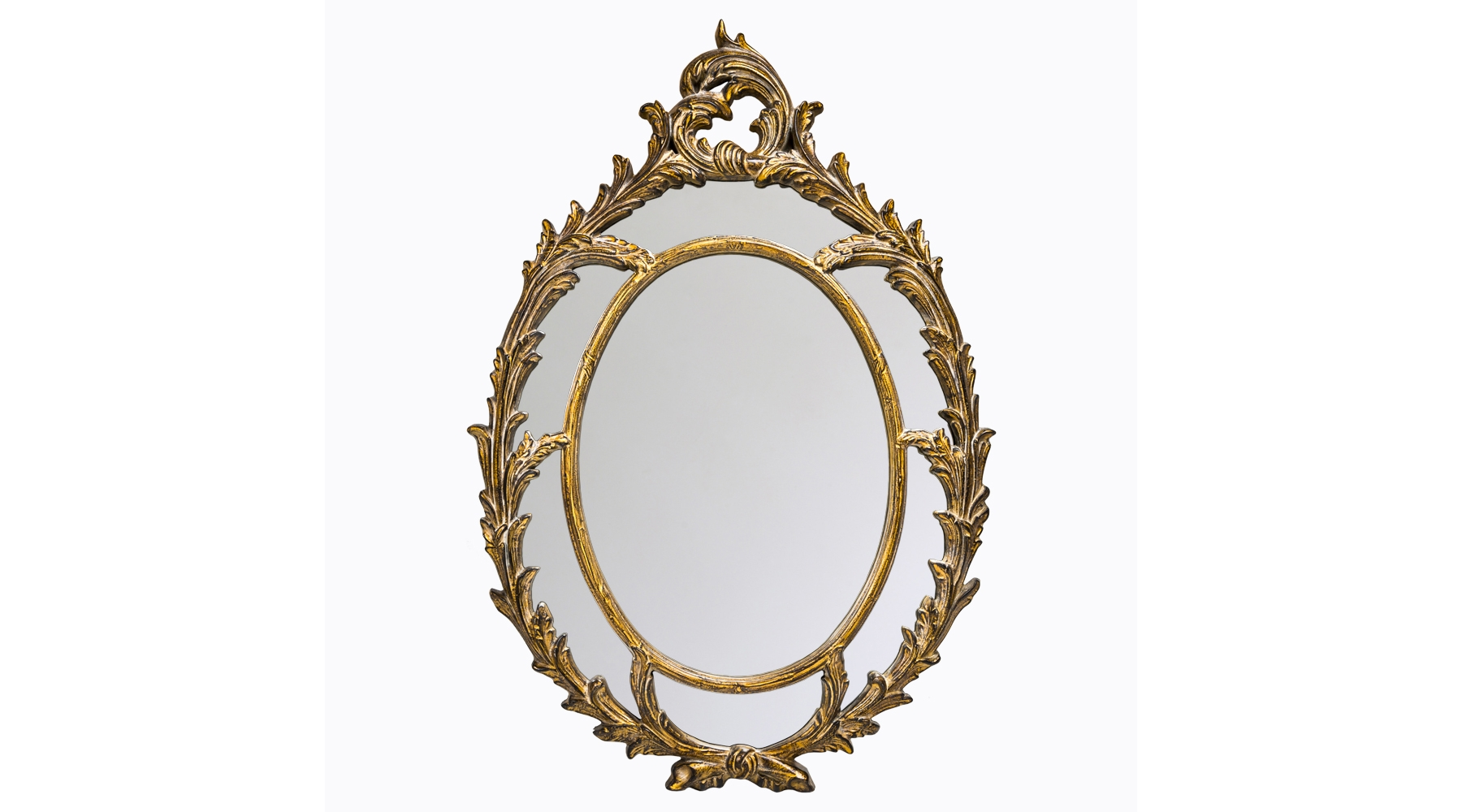 Настенное зеркало «Визави»Настенные зеркала<br>Роскошное зеркало в античном стиле – подходящее украшение для интерьеров в классическом стиле, а также ампир, прованс или французском. Резная рама с растительным орнаментом напоминает лавровые венки, которыми венчали головы римских цезарей. Сложное окрашивание в золотой цвет с чернением усиливает винтажный эффект. Обрамление изготовлено из мебельного полиуретана, необычайно прочного материала. На его поверхности не образуется сколов и трещин, прослужит такое изделие многие годы. Зеркальная поверхность в 5 мм толщиной покрыта слоем серебряной амальгамы. Вес зеркала – 10,2 кг.<br><br>Material: Полиуретан