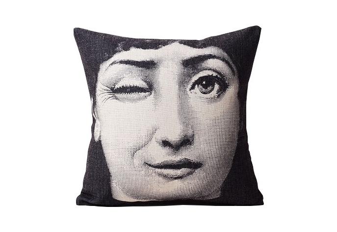 Подушка с портретом Лины Пьеро Форназетти SquintКвадратные подушки<br>Squint – вариация на тему прекрасной Лины Кавальери, на этот раз представленной в задорном, кокетливом образе. Оперная дива хитро подмигивает, заставляя улыбнуться каждого. Впечатляющие работы итальянского художника Пьеро Форназетти давно вошли в историю мирового дизайна как настоящие шедевры. Подушка с изображением актрисы украсит современный интерьер, привнесет в пространство ноту авантюризма и эмоциональности. &amp;amp;nbsp;<br><br>Material: Текстиль<br>Width см: 45<br>Depth см: 15<br>Height см: 45
