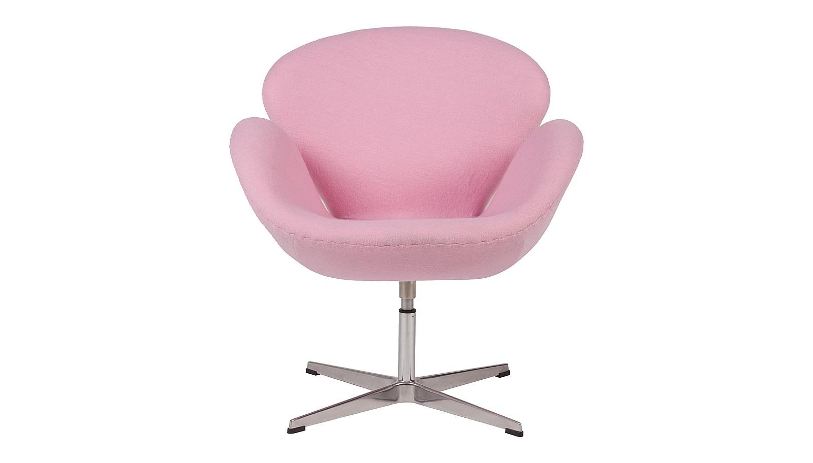 Кресло Swan ChairИнтерьерные кресла<br>Легендарное кресло известного архитектора Анре Якобсена создавалось для холла отеля, но быстро переместилось в жилые интерьеры. В форме и очертаниях стула угадывается плавный силуэт лебедя. Каждый его составной элемент — тонкая проекция образа грациозной птицы. Бренд DG Home облачил &amp;quot;Swan Chair&amp;quot; в нежно-розовую обивку, подчеркнув некую хрупкость и изящество предмета.<br><br>Material: Шерсть<br>Width см: 70<br>Depth см: 71<br>Height см: 78