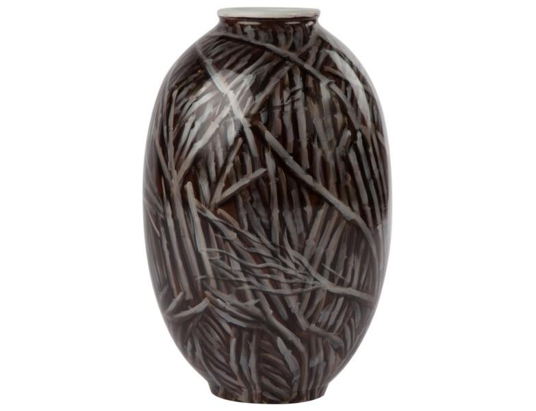 Ваза настольная ThicketВазы<br>Эта ваза – ностальгический привет дизайнеров 80-ым годам ХХ века, времени, когда в моде были широкие накладные плечи, романтический рок и темная посуда с насыщенным рисунком. Thicket прекрасно уживется с деревянной отделкой стен или темной массивной мебелью, а сухие цветы просто созданы, чтобы находиться в ней.<br><br>Material: Керамика<br>Height см: 48<br>Diameter см: 30