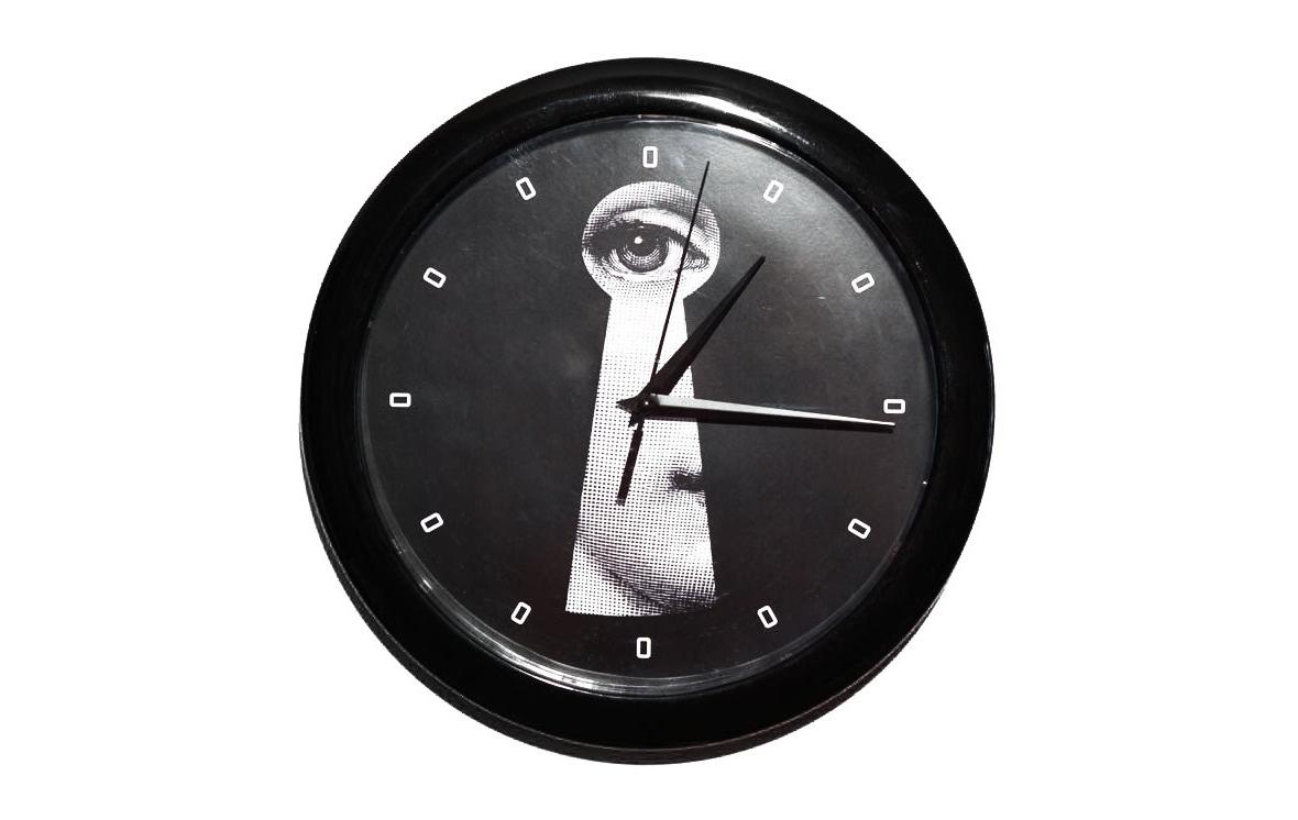 Настенные часы с портретом Лины Пьеро Форназетти KeyholeНастенные часы<br>Лина Кавальери ? оперная звезда эпохи модернизма, которая служила бессменной вдохновительницей дизайнера Пьеро Форназетти. Однажды увидев ее портрет в 1952 году, он навсегда влюбился в ее отрешенный взгляд и создал около 350 версий картин, где Лина выступает в главной роли. В оформлении часов &amp;quot;Keyhole&amp;quot; лицо красавицы также является главной изюминкой. Просматривающееся в замочной скважине, оно выглядит завораживающе. На черном фоне оно обретает больше загадочного великолепия, в которое невозможно не влюбиться. В эклектичной гостиной или минималистичном кабинете такой декор будет смотреться потрясающе.<br><br>Material: Пластик<br>Ширина см: 26<br>Высота см: 26<br>Глубина см: 3