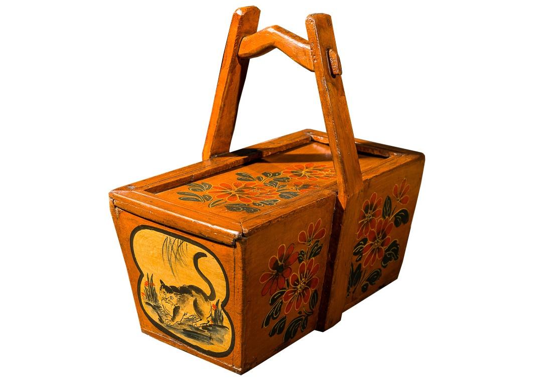 КорзинаКорзины<br>Традиционная китайская корзина для завтраков. Орнаментальная роспись по желтому фону. Прямоугольная корзина, возможно, ранее использовалась в качестве коробки для завтрака или как ящик для инструмента. Высокая ручка удобная для переноса.<br><br>Материал: тополь, вязь, береза<br>Цвет: оранжевая, ручная роспись<br><br>Material: Дерево<br>Ширина см: 41<br>Высота см: 39