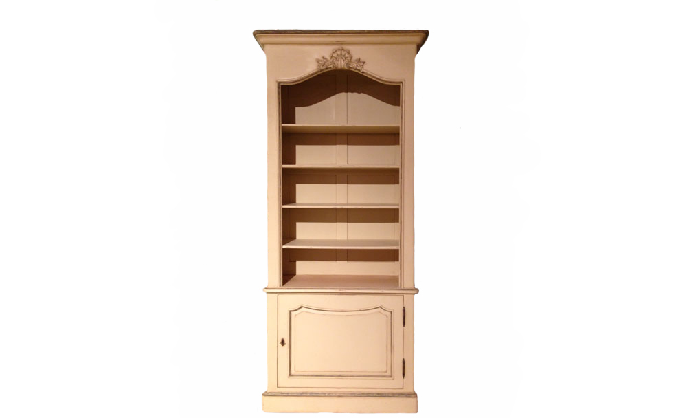 Библиотека HermesКнижные шкафы и библиотеки<br>&amp;quot;Hermes&amp;quot; ? величие и роскошь французского оформления, в котором помпезность заменена сдержанностью. Присущая этому дизайну эффектность в дизайне шкафа передается лишь через массивность пропорций. В кремовой бежевой палитре они уже не выглядят такими тяжеловесными. Последняя обеспечивается и теплотой, которую источает натуральный материал, и скромными элементами отделки. В единении всех этих деталей создается удивительно утонченный, возвышенный облик, который в загородной библиотеке в прованском стиле будет смотреться очень органично.<br><br>Material: Дерево<br>Width см: 104<br>Depth см: 42<br>Height см: 224